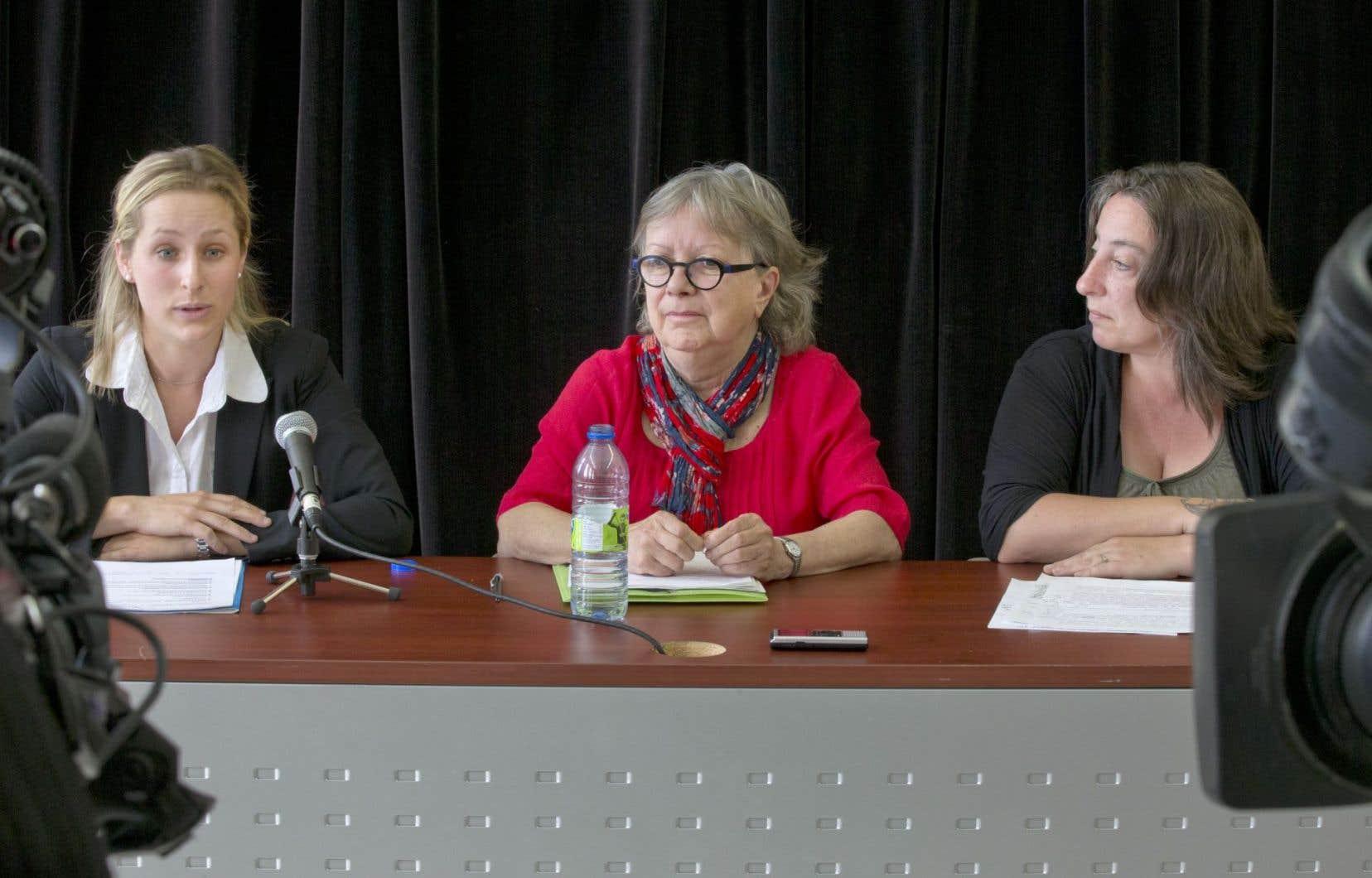 Mélanie Martel, avocate, Lucie Lemonde, porte-parole de la LDL et professeure de droit carcéral, et Mélanie Sarazin, présidente de la FFQ