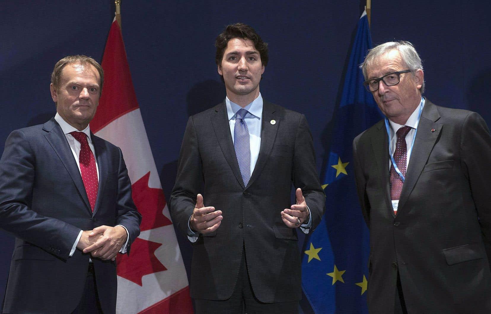Le premier ministre canadien, Justin Trudeau, que l'on voit ici avec le président de la Commission européenne, Jean-Claude Juncker, pourrait se rendre à Bruxelles, en octobre, une occasion de sceller définitivement l'entente entre les deux parties.
