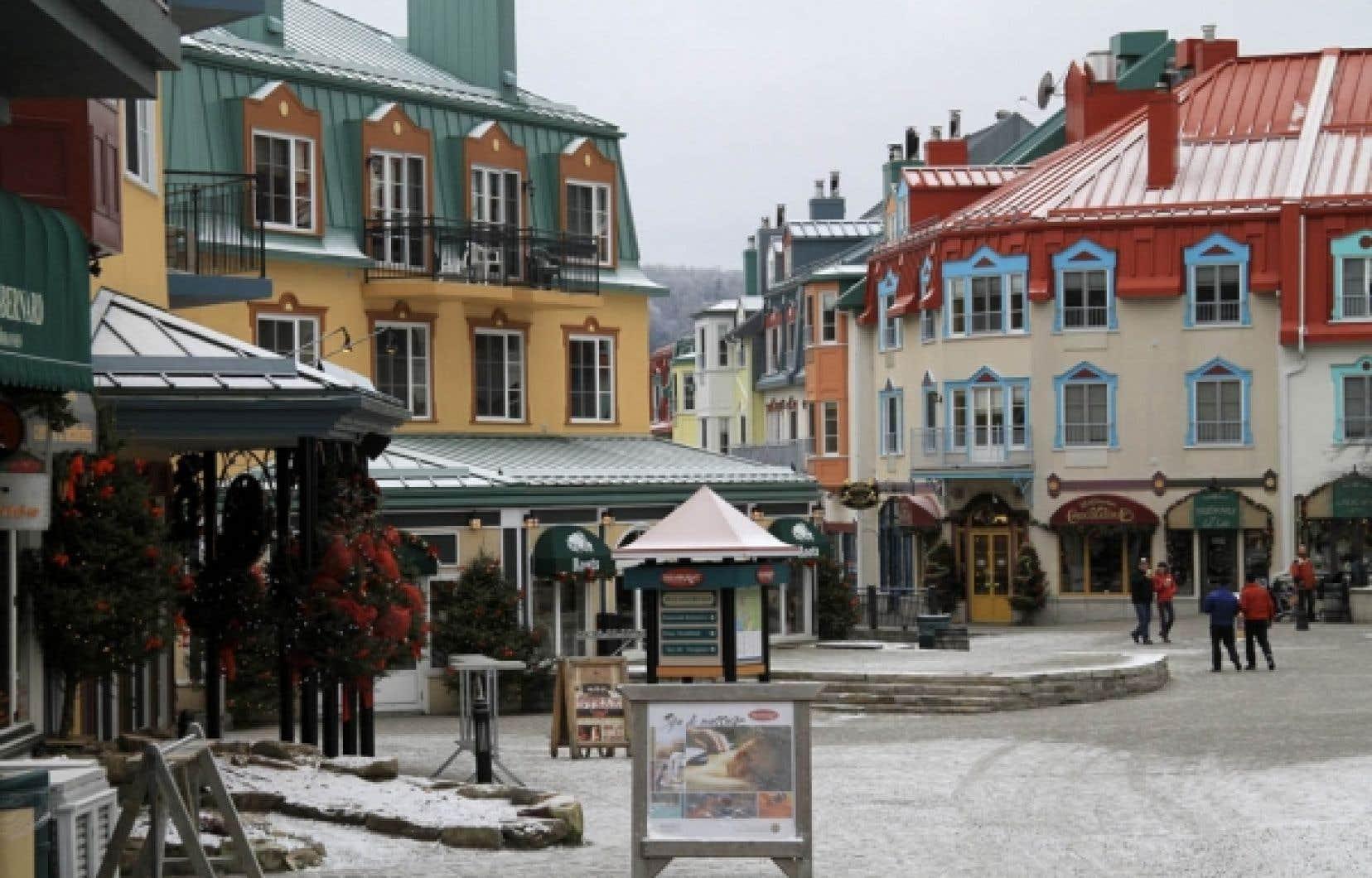 Une ligne de bus s'arrête à proximité des commerces, des restaurants et des principaux lieux d'hébergement, ce qui permet d'accéder à la plupart des sites d'activités de plein air et de détente.