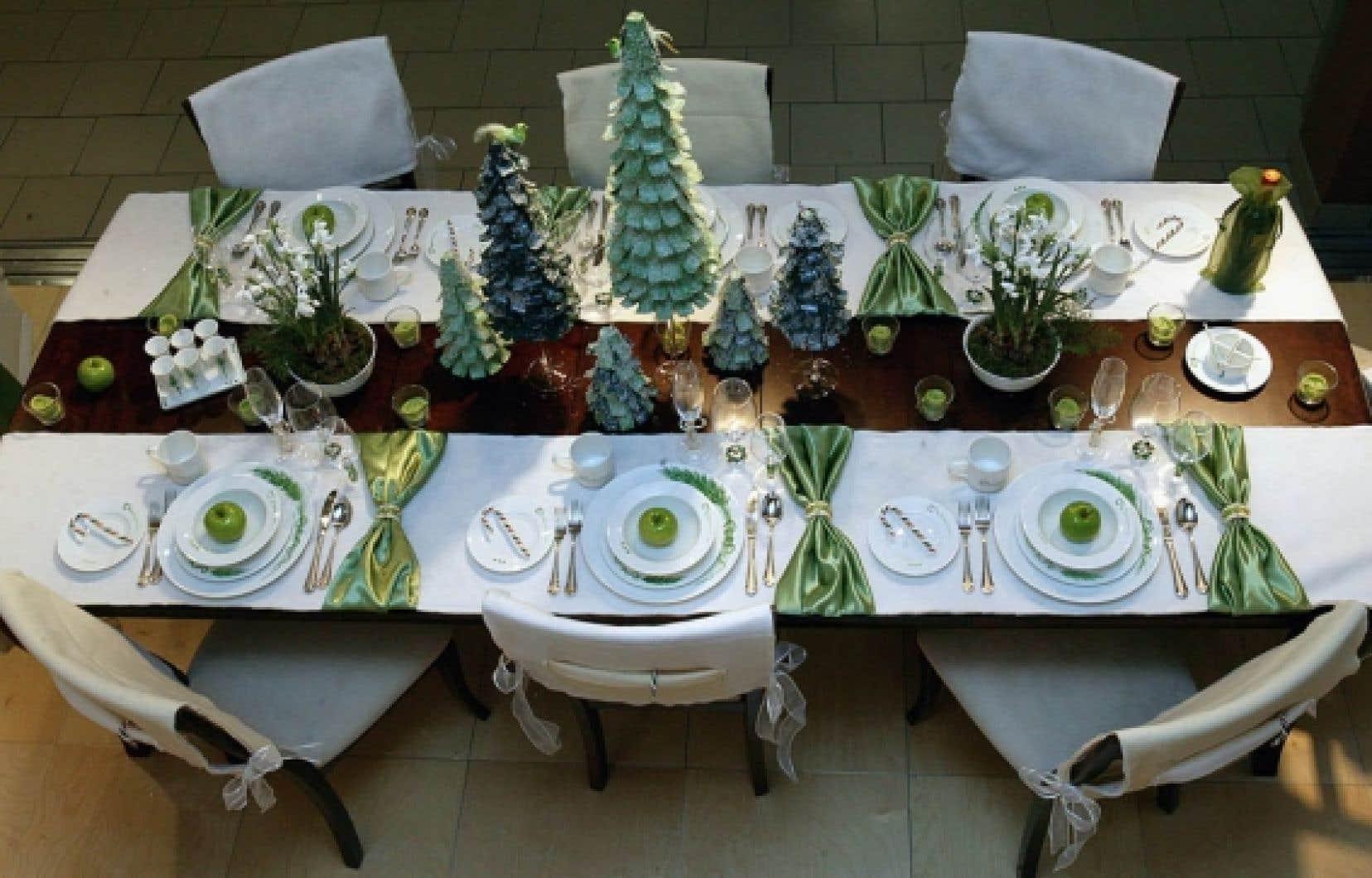 Le traditionnel repas en famille, avec la dinde, les tourtières et autres pâtés à la viande, est toujours de mise au Québec, mais les mets tendent à se moderniser, tout comme les décorations.