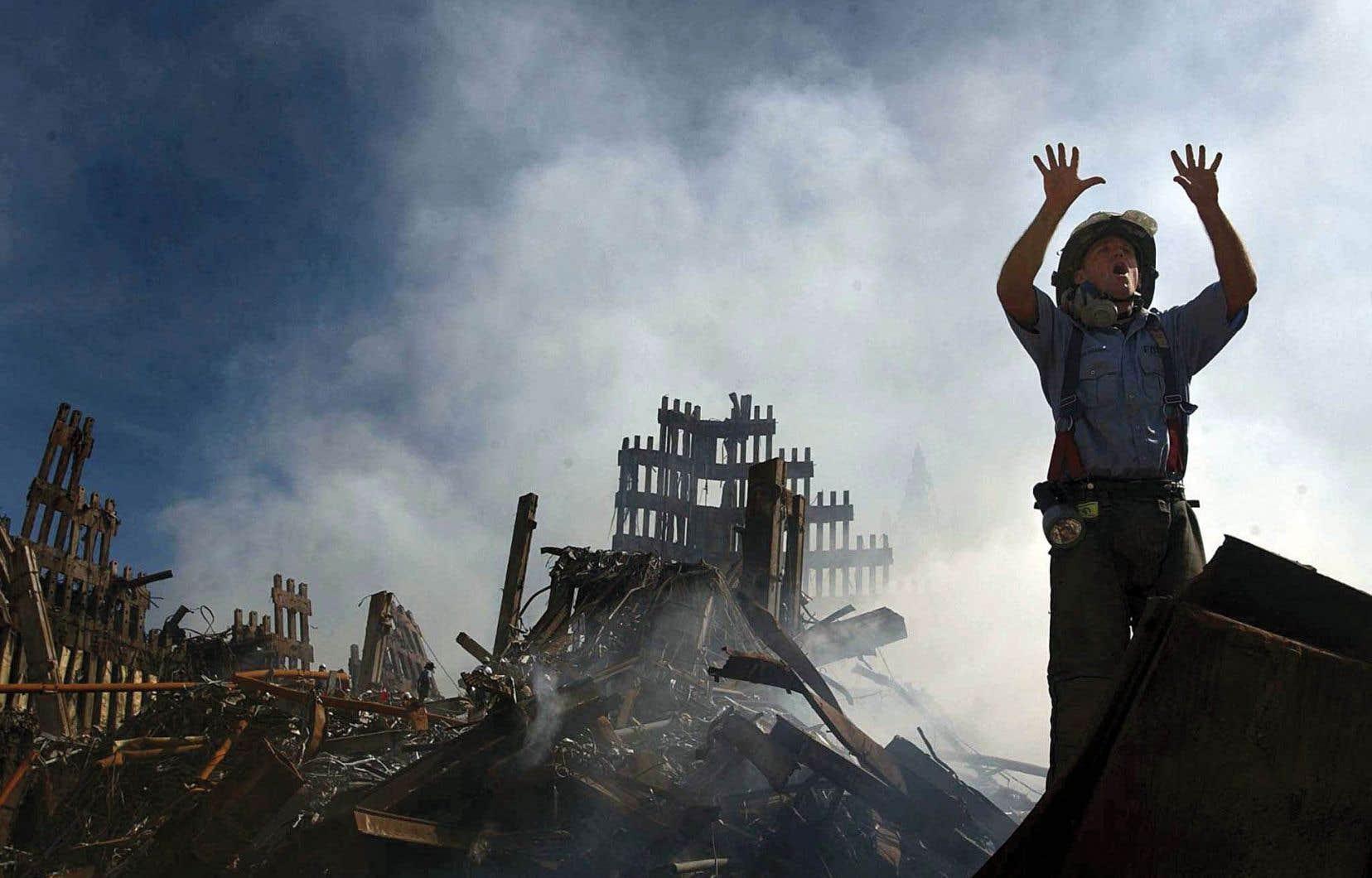 Un pompier dans les ruines du World Trade Center, après les attentats du 11-Septembre.