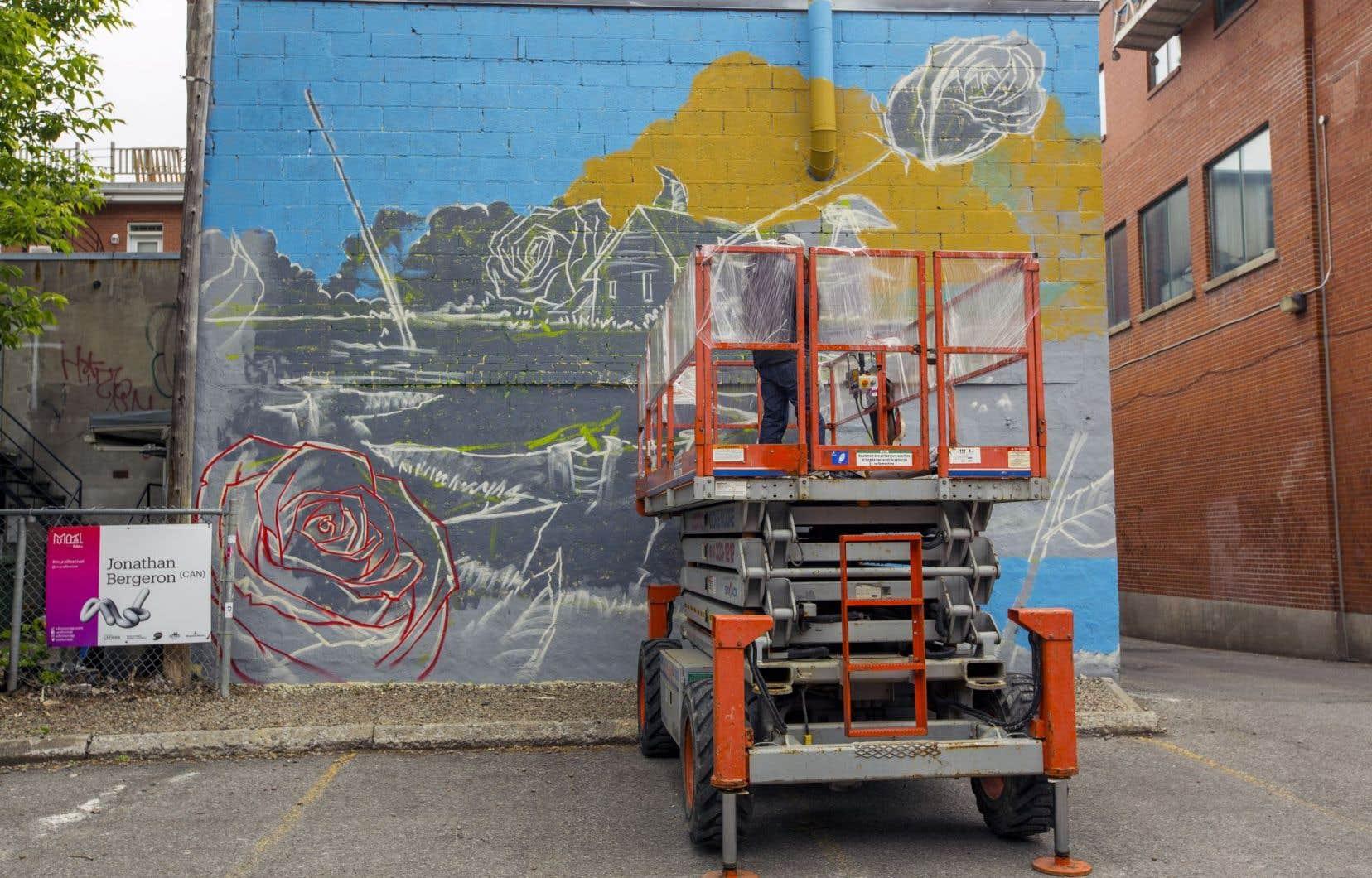 Jonathan Bergeron, alias Johnny Crap, a commencé l'esquisse de son œuvre jeudi, sur un mur situé en face de l'ancien Excentris.