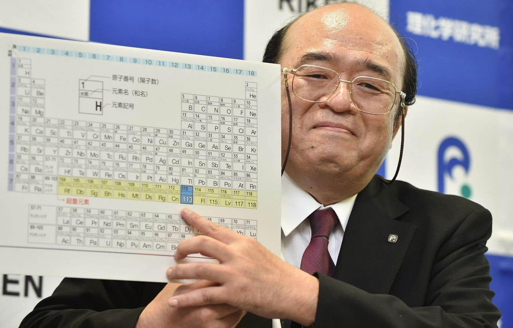 Le scientifique Kosuke Morita montrant le nouvel élément 113, découvert par son équipe
