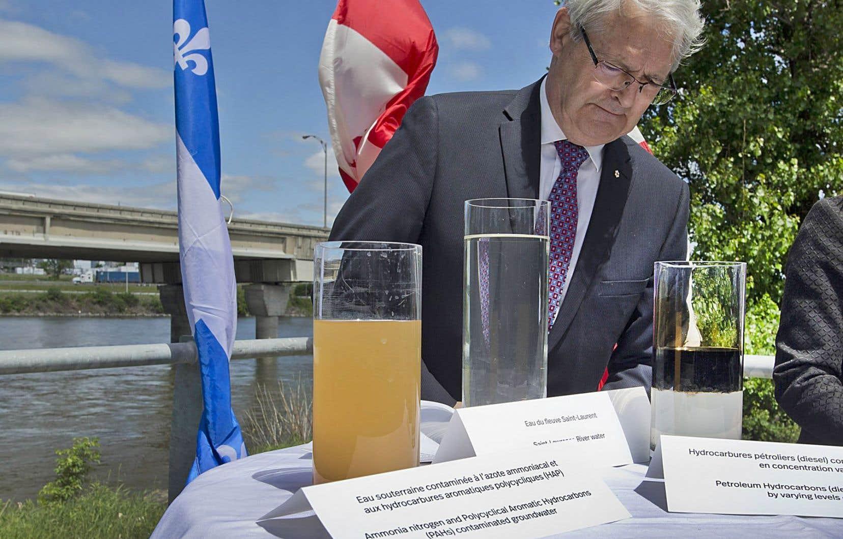 Le ministre fédéral des Transports, Marc Garneau, présente trois types d'eau.
