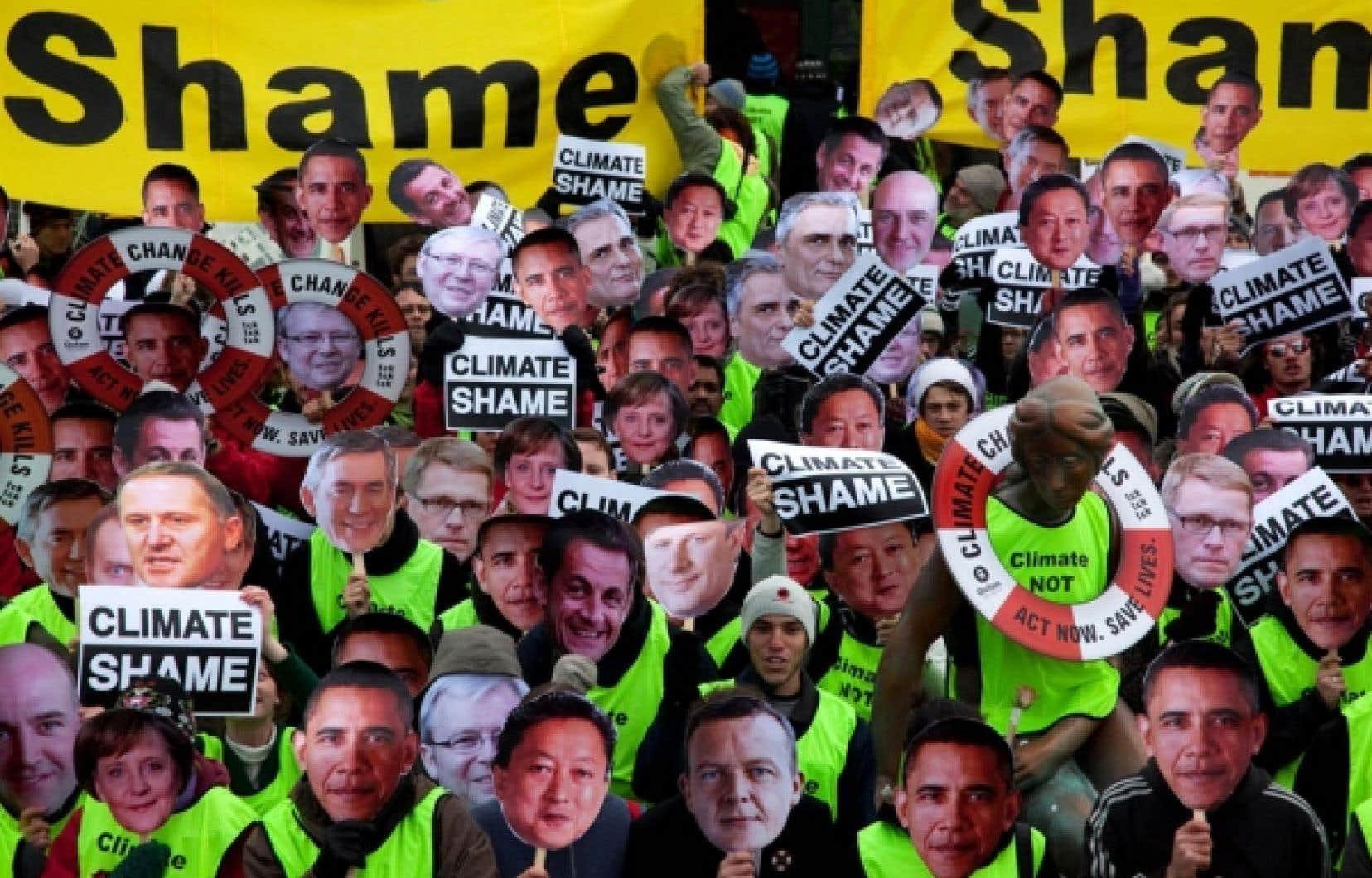 Pendant que les discussions progressaient difficilement à l'intérieur du Bella Center, Greenpeace avait réuni à l'extérieur des militants portant des portraits des leaders du monde.