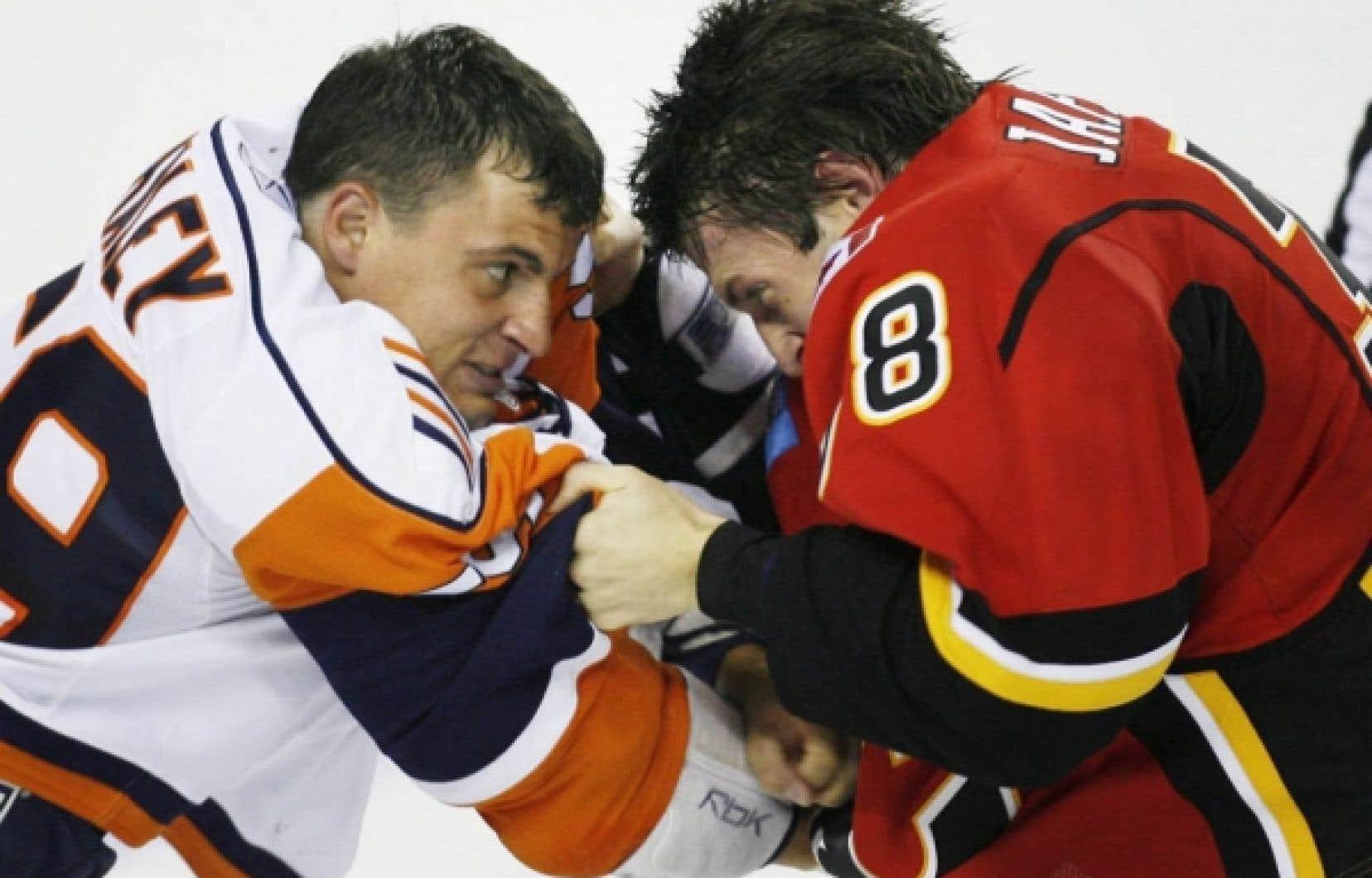 Michael Haley, des Islanders de New York, affronte Jason Jaffray, des Flames de Calgary.