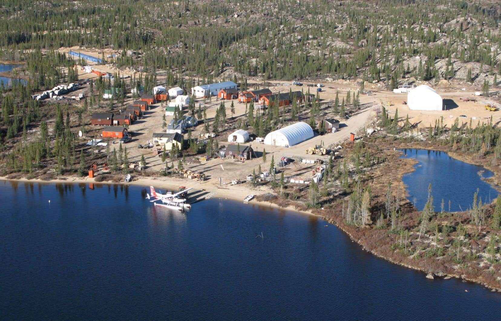 La mine de Stornoway est située à plus de 1000 kilomètres de Montréal. Le gaz naturel liquéfié y sera acheminé par camion.