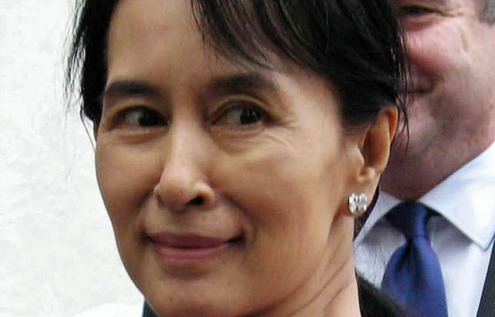 Aung San Suu Kyi est la plus jeune des onze membres du Comité exécutif de la Ligue nationale pour la démocratie, dont neuf sont octogénaires ou nonagénaires.
