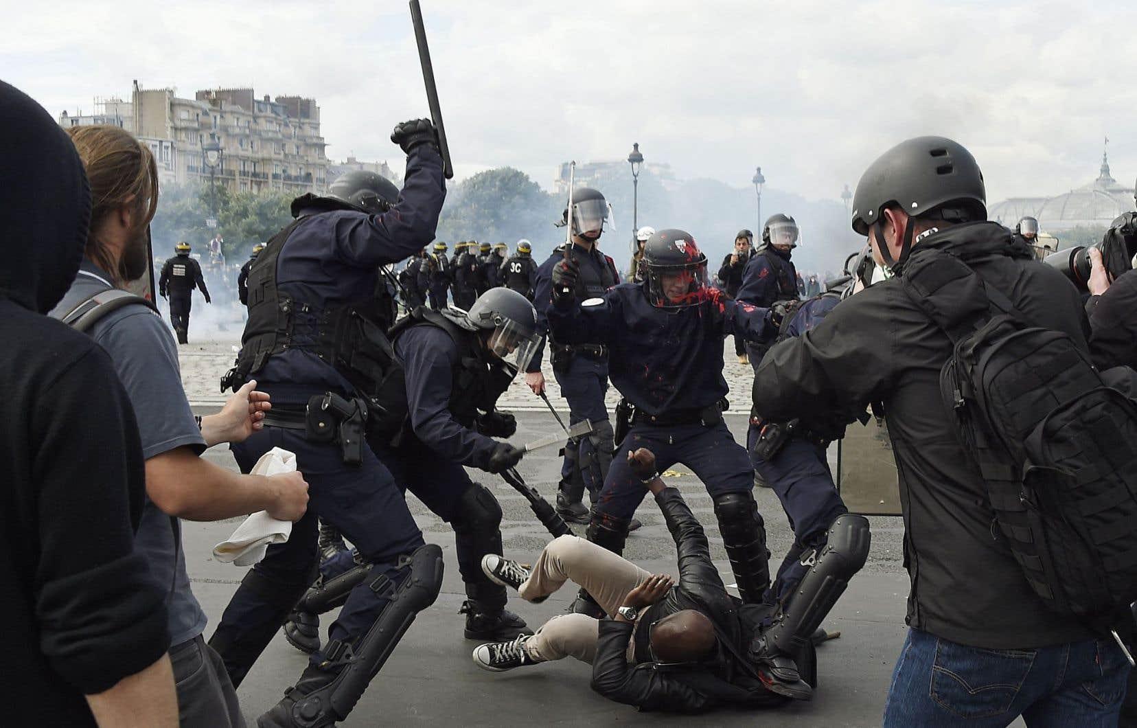 Des policiers s'en prennent à un manifestant près des Invalides. Selon un bilan encore provisoire, 42 personnes ont été interpellées et au moins 29 policiers et 11 manifestants ont été blessés.