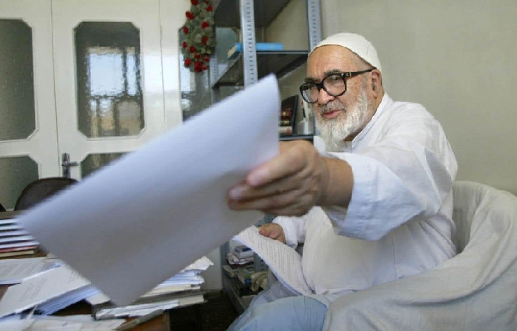 L'ayatollah Hossein Ali Montazeri s'est engagé ouvertement contre Ahmadinejad, estimant que la République islamique était en danger avec lui.