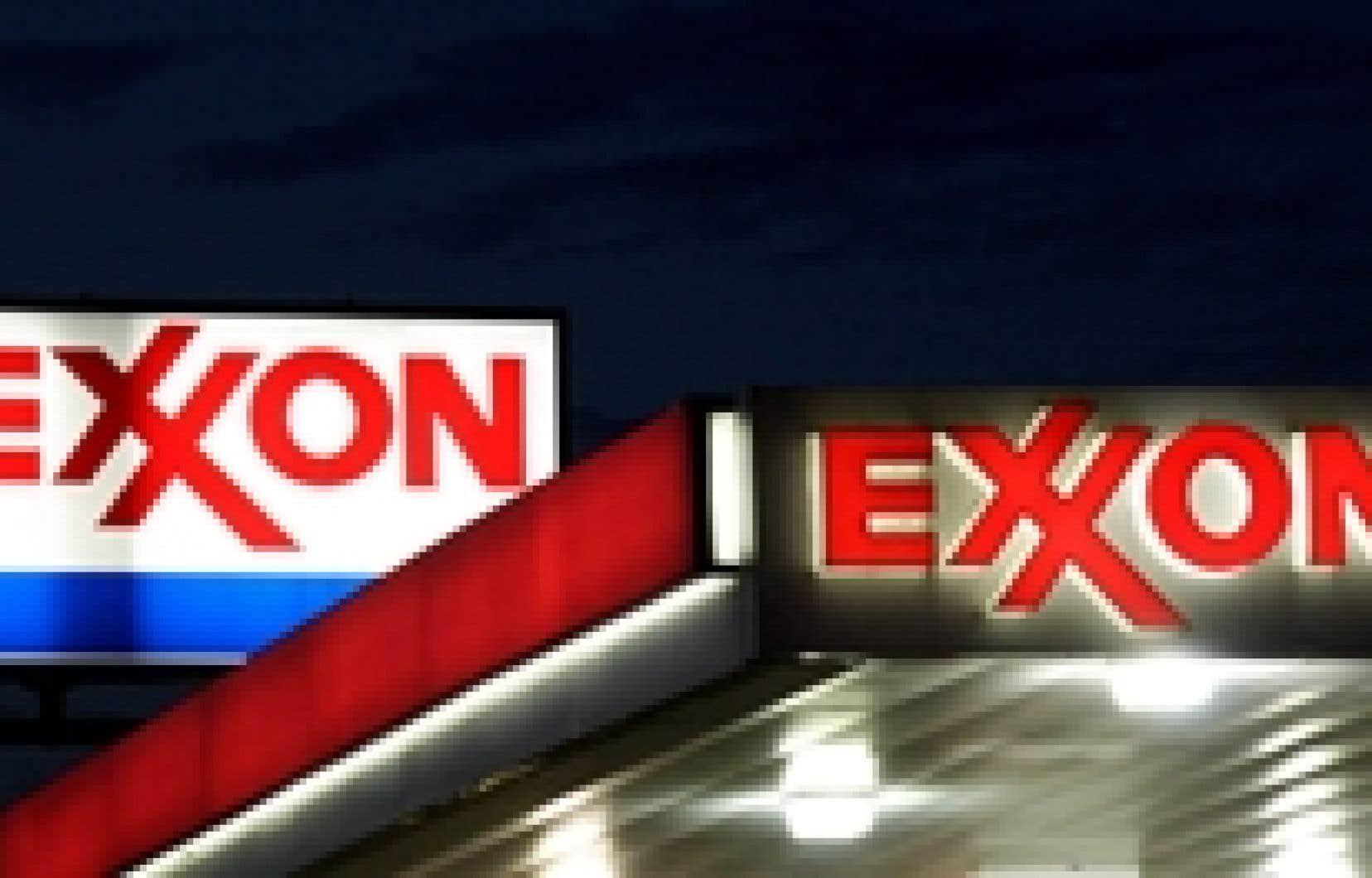 ExxonMobil a réalisé des profits records malgré une chute de 33 % du bénéfice net au quatrième trimestre, sur fond de baisse vertigineuse des cours du pétrole et de dégradation de l'économie mondiale.