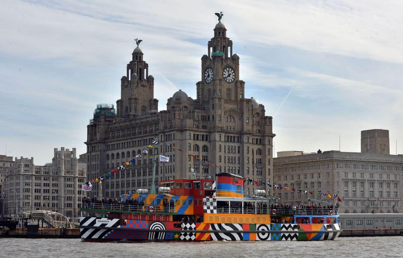 Vue du Liver Building, au centre-ville de Liverpool, depuis le fleuve Mersey