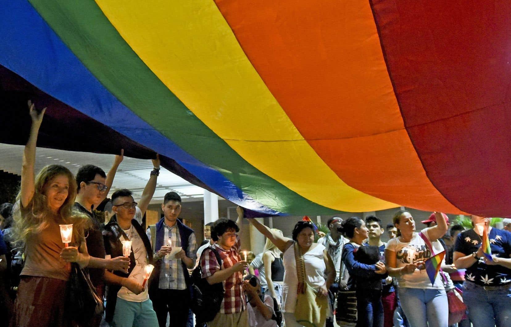 Des personnes s'étaient rassemblées pour une vigile à la mémoire des victimes de la tuerie du Pulse, mercredi, à Cali, en Colombie. Alors que les familles des disparus et la communauté LGBTQ sont profondément ébranlées par la violence de l'attaque homophobe, les appels au soutien se font beaucoup plus timides hors des cercles gais, trans et «queer».