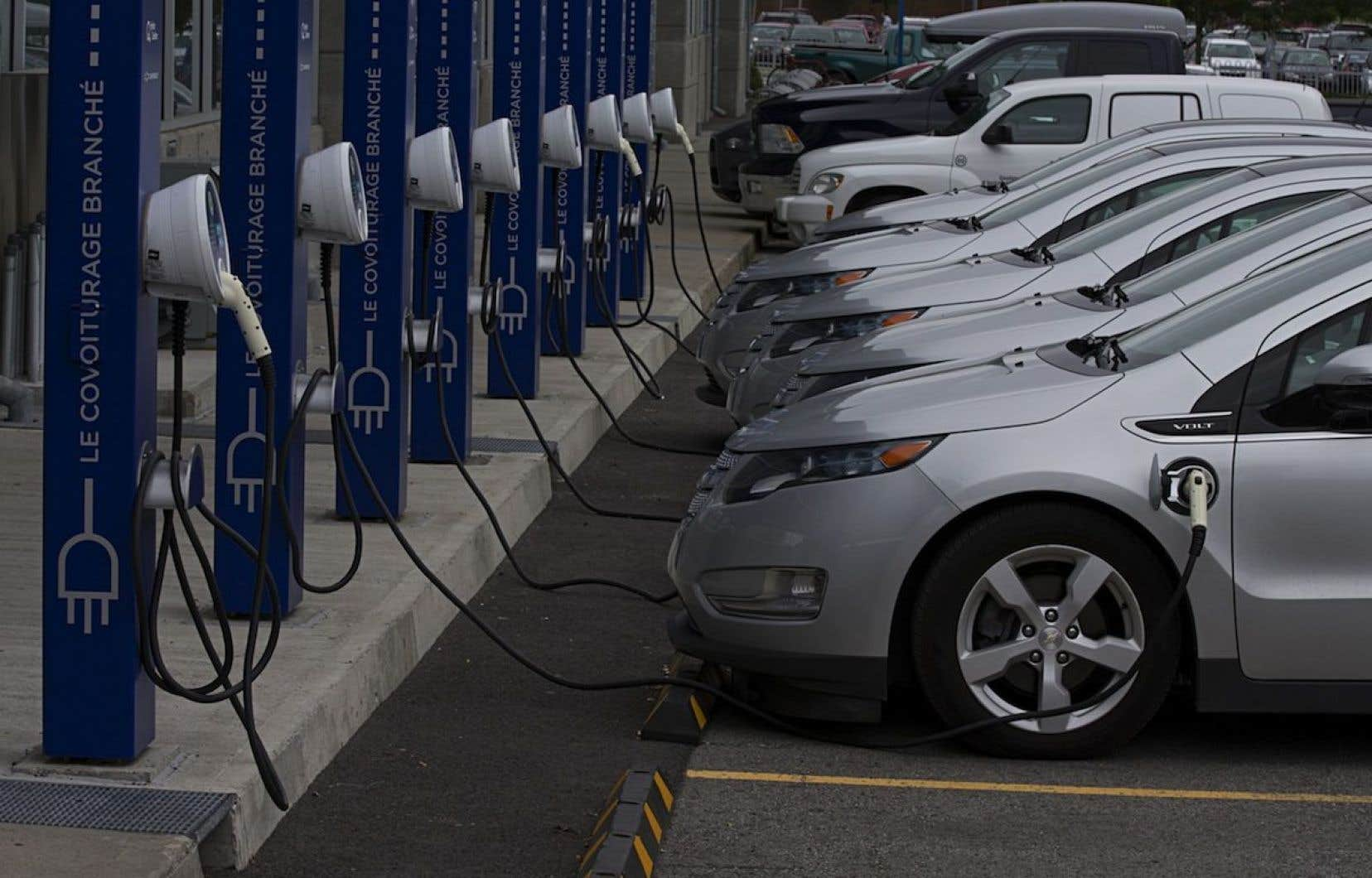 Le premier ministre Couillard entend soutenir une véritable grappe du véhicule électrique.