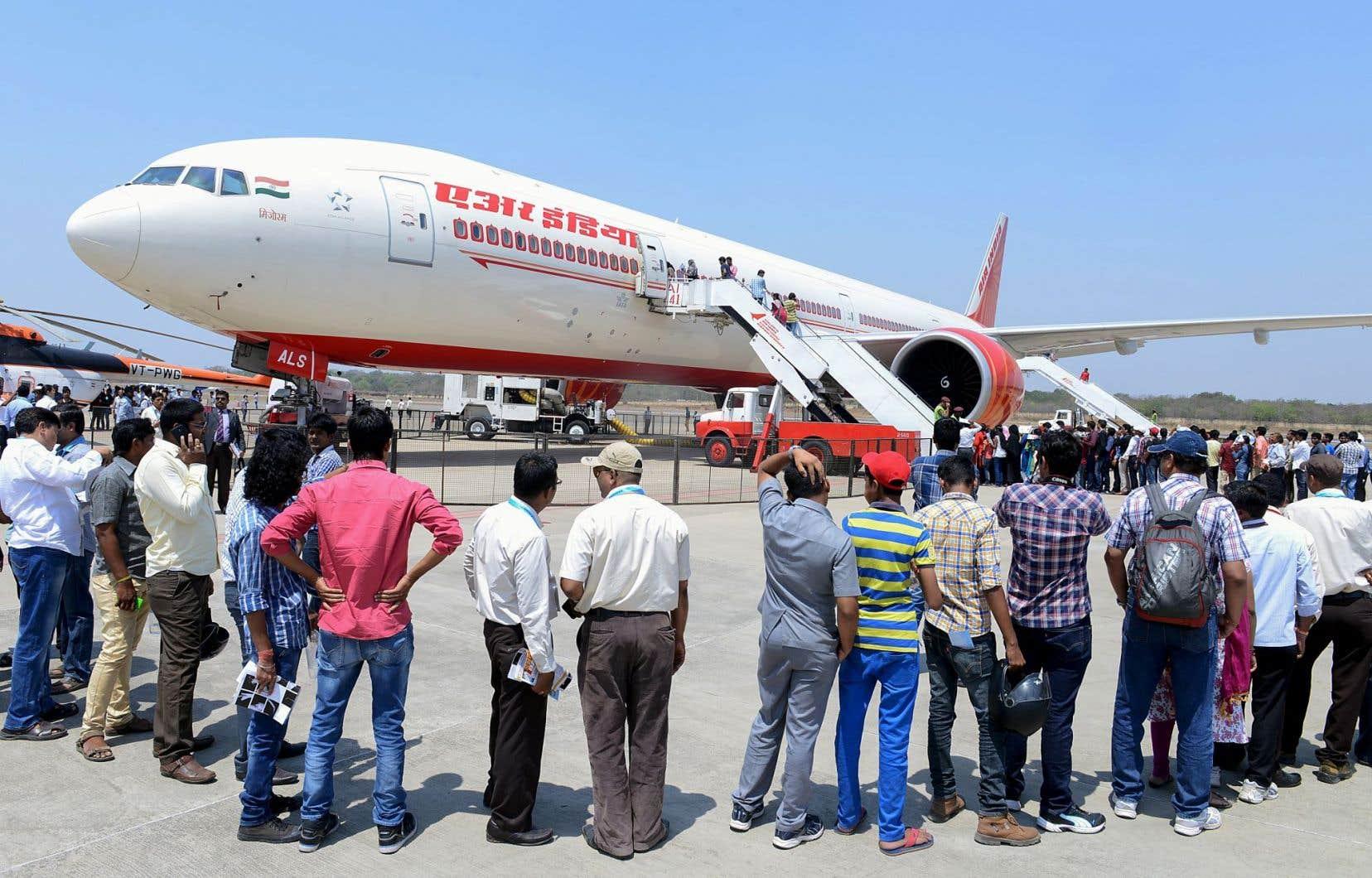 File d'attente pour visiter un Boeing 777 d'Air India lors d'un salon de l'aviation à Hyderabad, en mars dernier