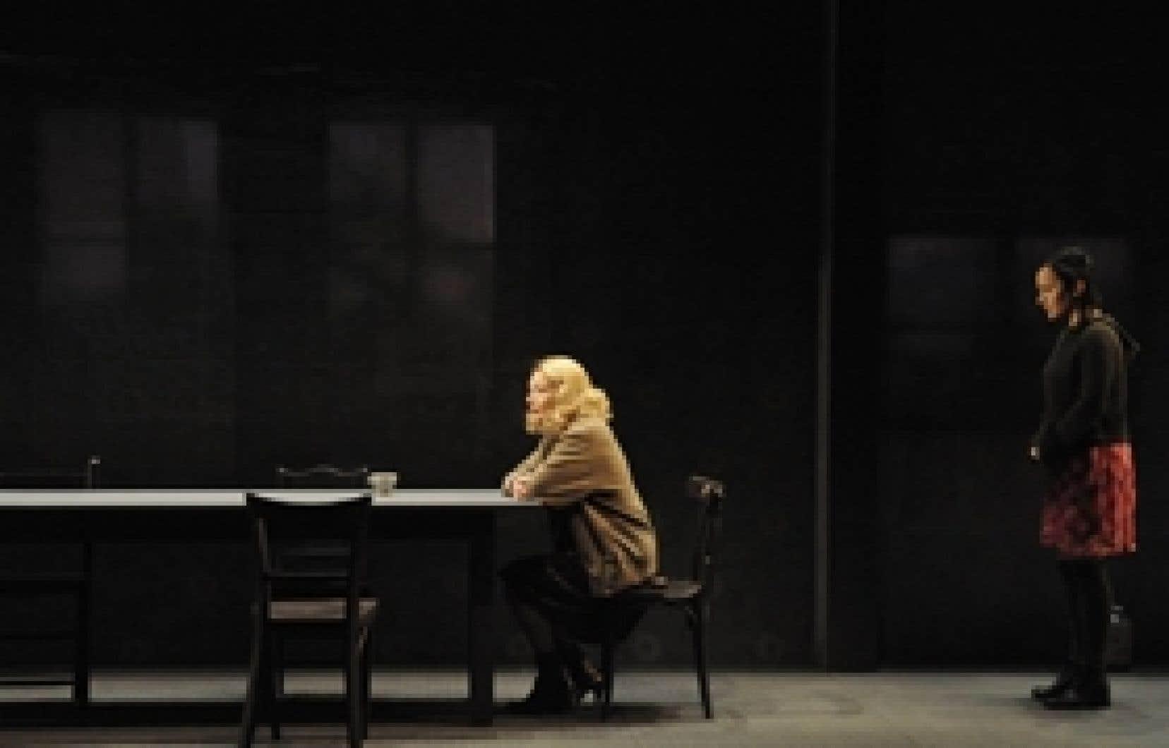 Une scène du Complexe de Thénardier de José Pliya. Sur la photo, Christiane Pasquier (à gauche), qui atteint des sommets d'intensité terrifiante dans son rôle de femme ambiguë, fragile, esclavagiste, hantée par ses démons, et Muriel Legrand, d