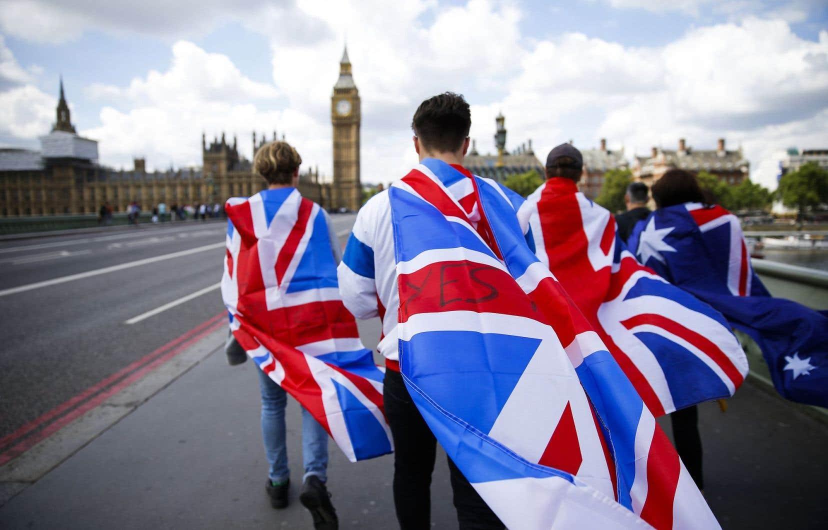 De jeunes Britanniques marchent en direction du parlement et de la tour Elizabeth du palais de Westminster, à Londres.