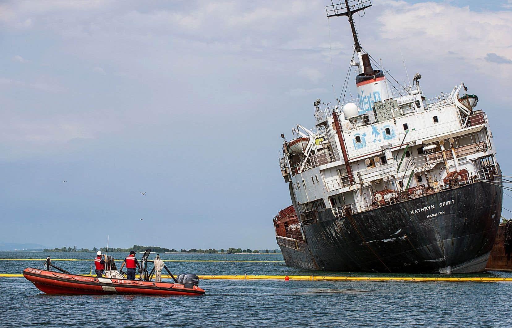 Le «Kathryn Spirit» menace de se renverser à cause du faible niveau d'eau dans le lac Saint-Louis.