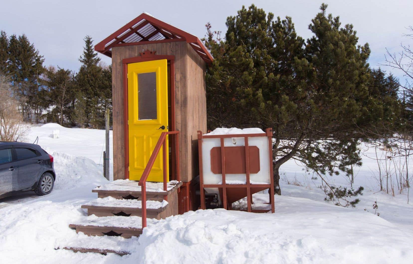 Il existe plusieurs modèles de toilettes à compost, qui ne requièrent en théorie pas de fosse septique.