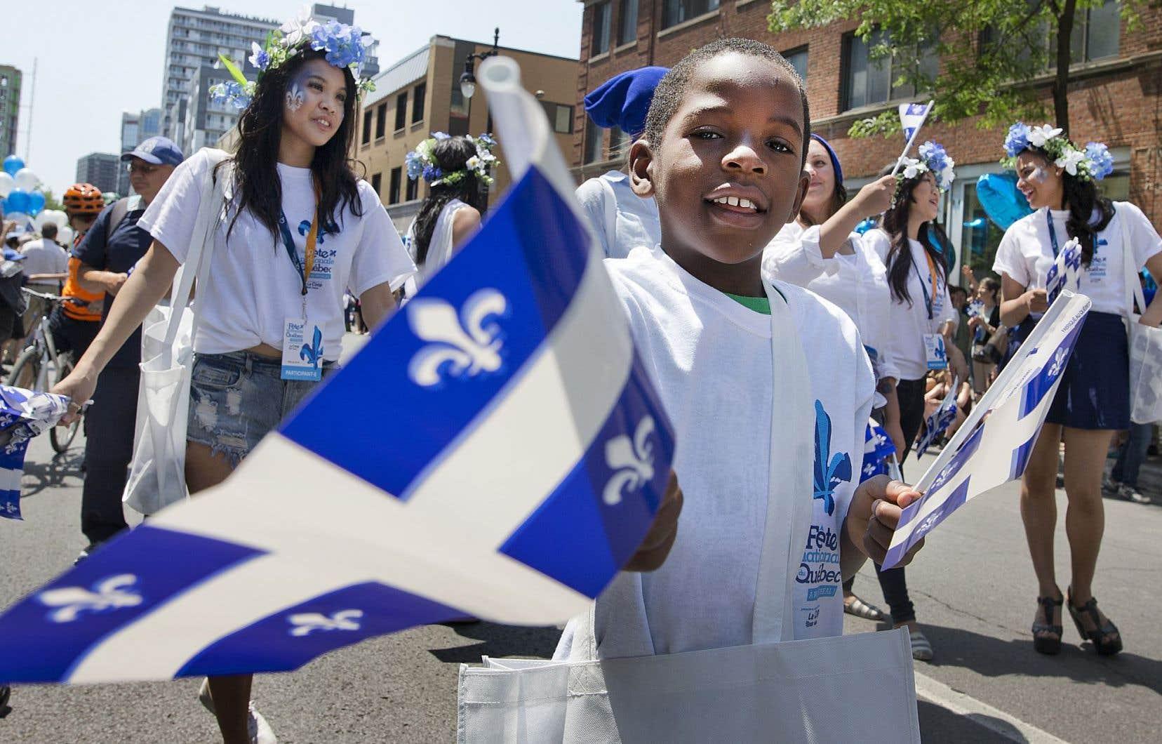 Aucune communauté culturelle n'a fait part de son insatisfaction quant au drapeau, et, le jour de la fête nationale, le fleurdelisé est dans toutes les mains, souligne l'auteur.