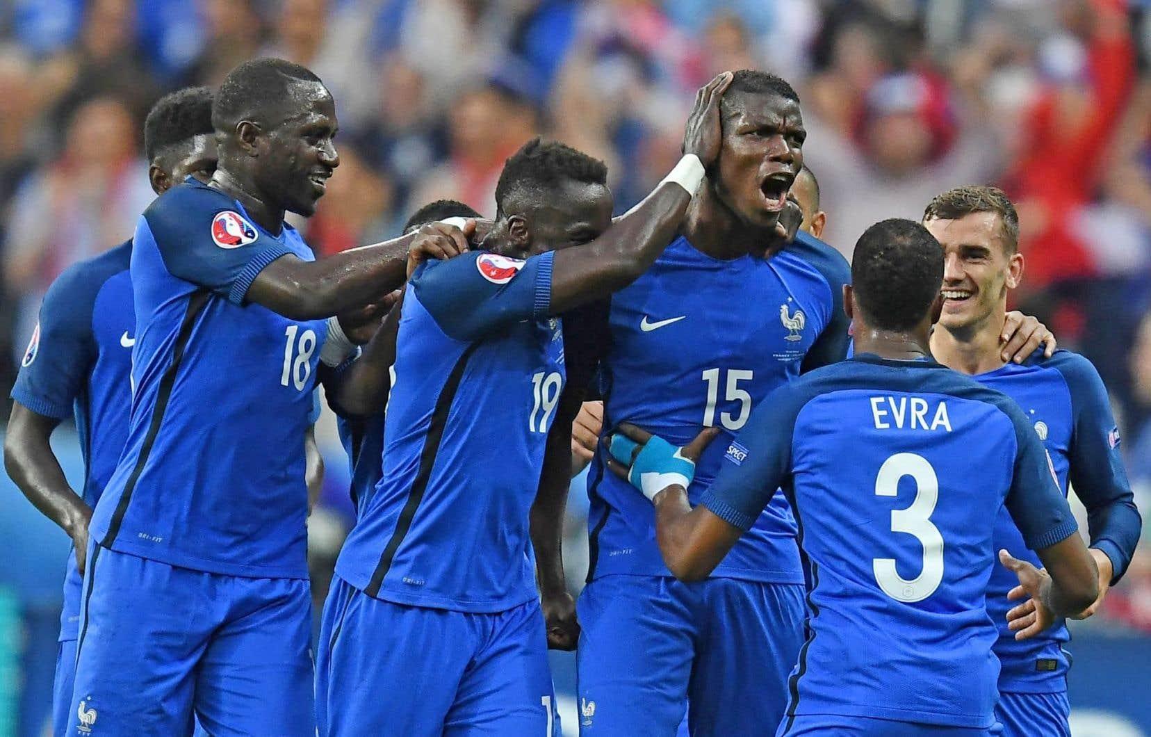 Paul Pogba et ses coéquipiers célébrant le deuxième des cinq buts de la France