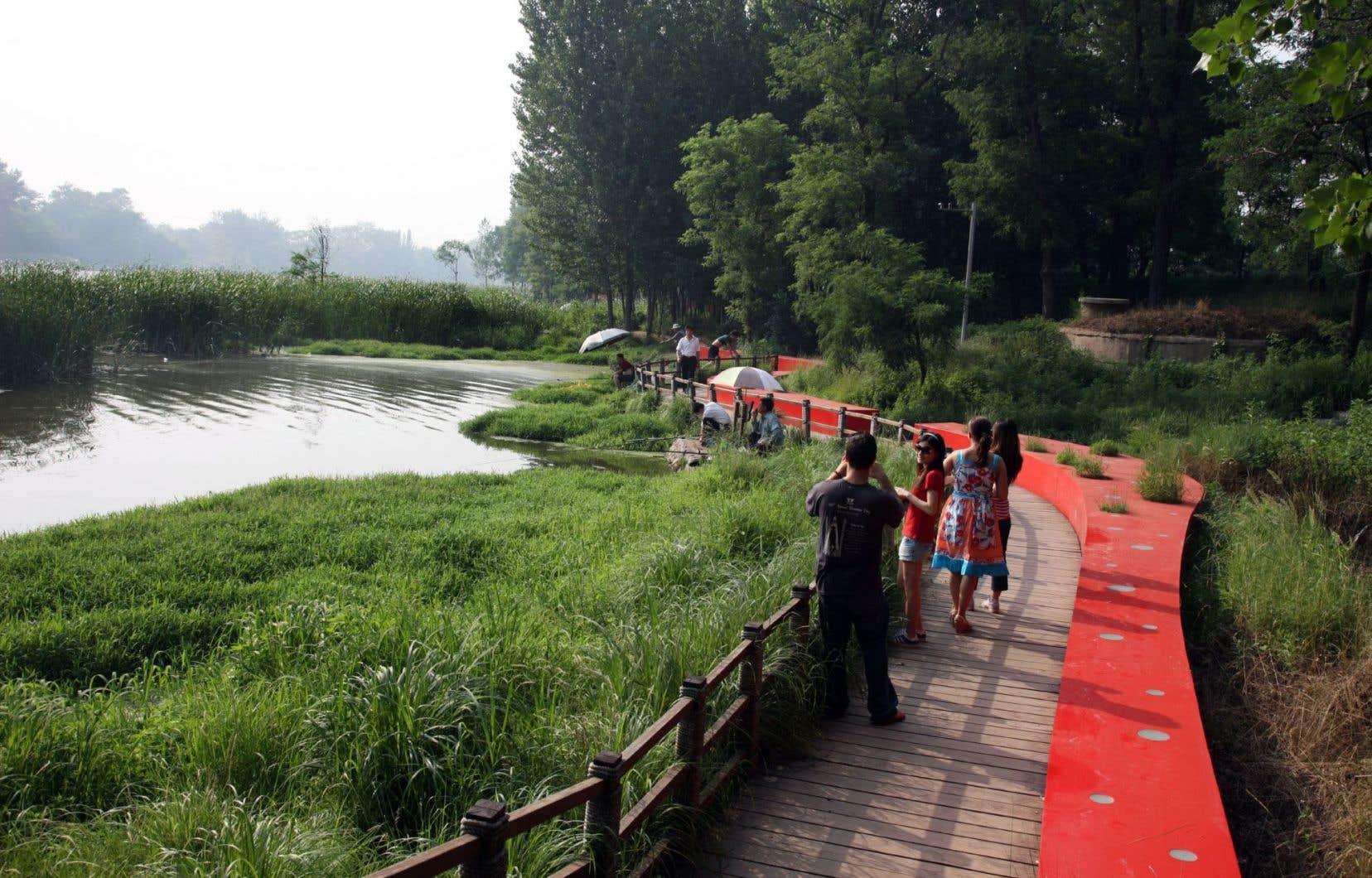 Situé sur la rivière Tanghe, à l'extrémité est de la ville de Quinhuangdao, ce parc se démarque par son long et sinueux banc rouge surnommé le «Ruban rouge».
