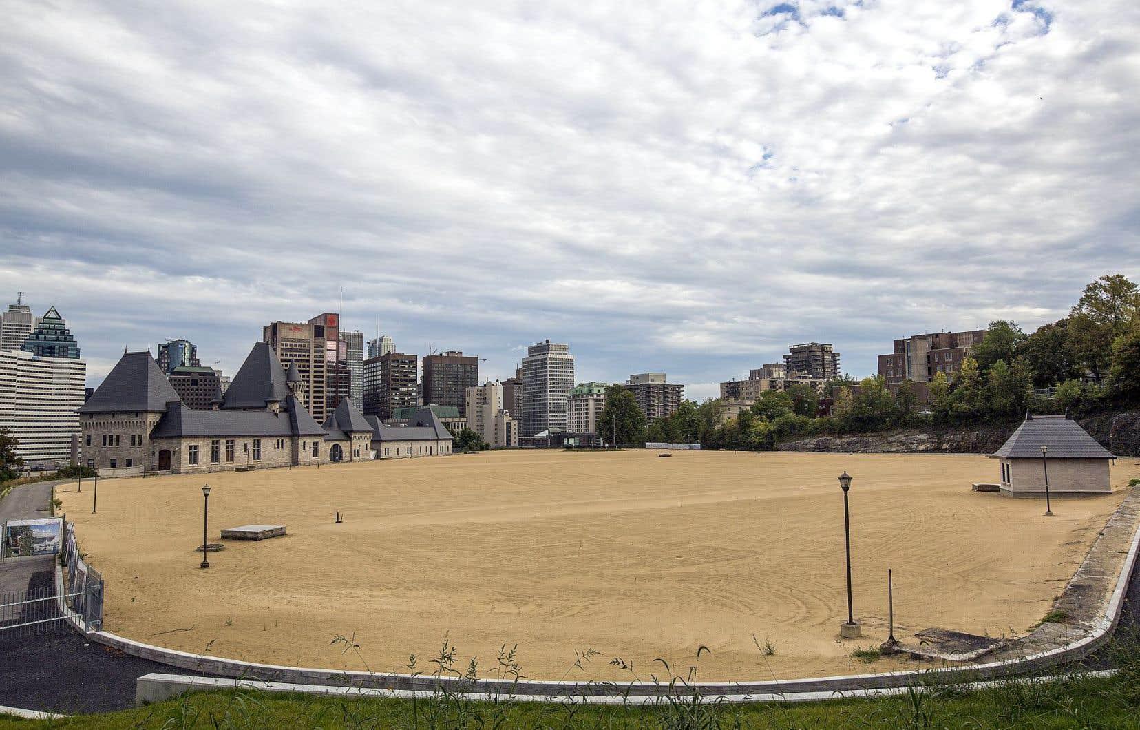 Le parc Rutherford est situé sur un flanc du mont Royal, près de l'Université McGill. Une entente avec l'établissement lui promet jusqu'à 47% des plages horaires.