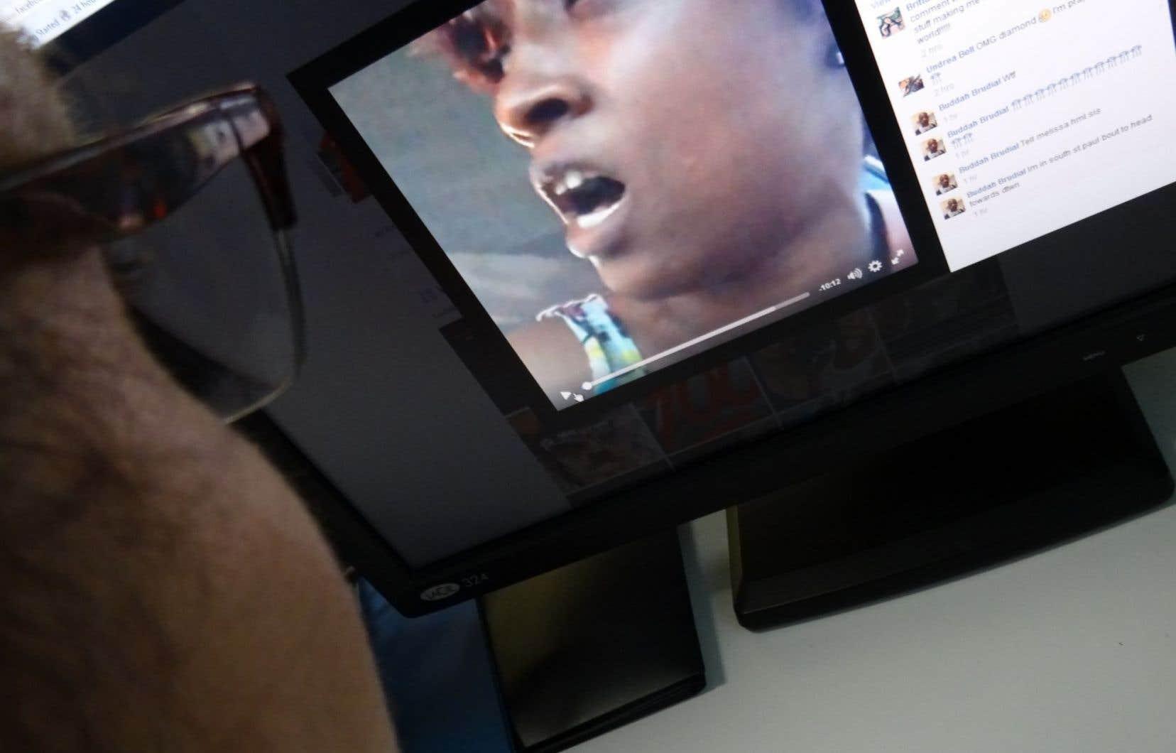 Un homme regarde la vidéo captée par Diamond Reynolds de la mort de son conjoint sous les balles d'un policier.