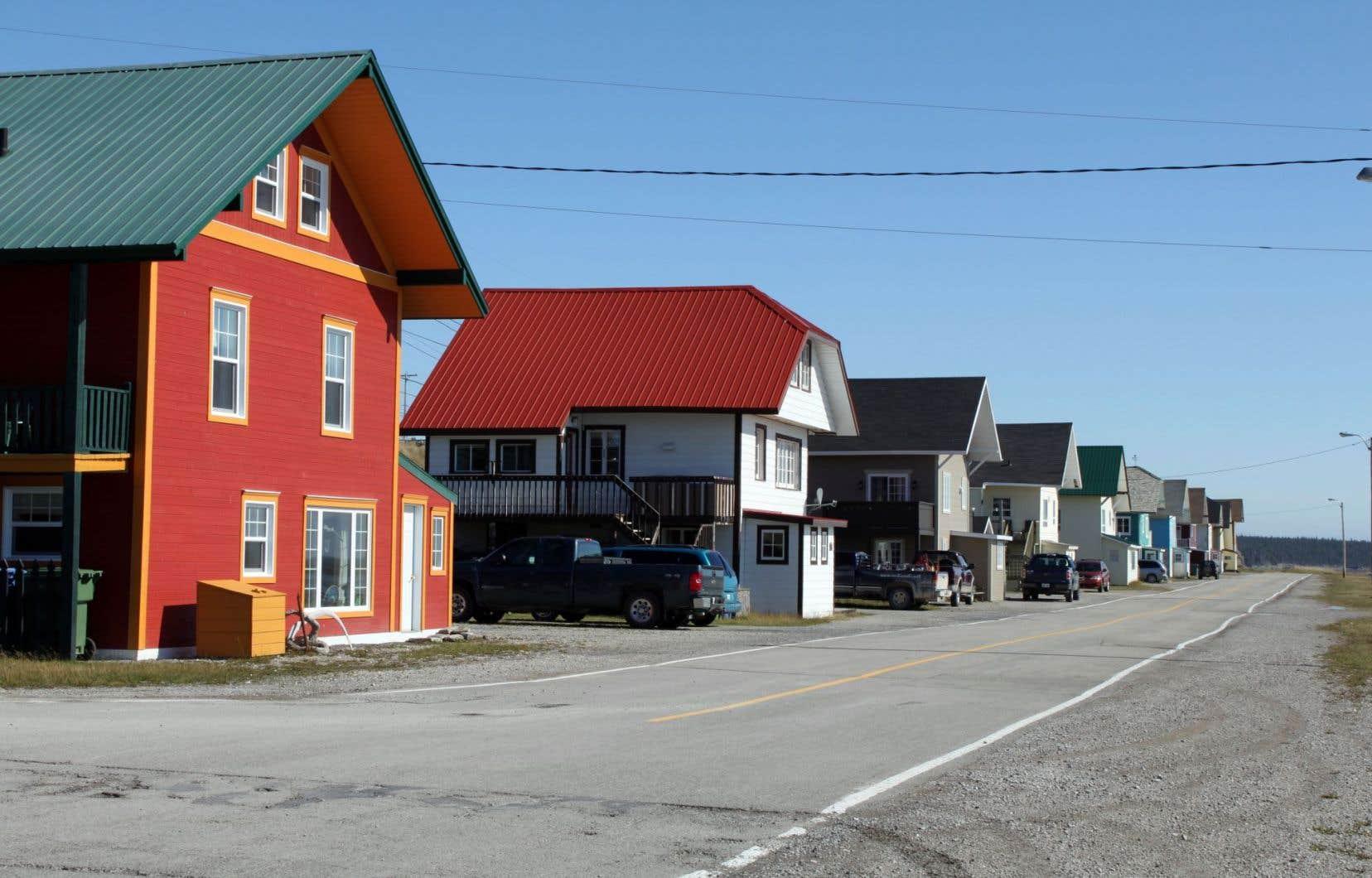 Sans projet de développement économique, le village de Port-Menier, le seul de l'île, est condamné à disparaître à moyen terme.