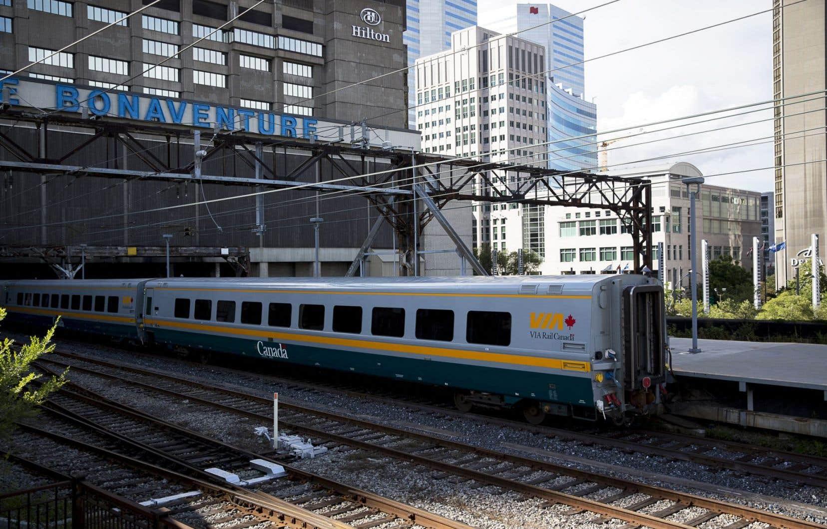 «Les trains de Via Rail sont régulièrement en retard en raison de trains de marchandises dont la vitesse n'est pas synonyme de rentabilité», soulèvent les deux auteurs.