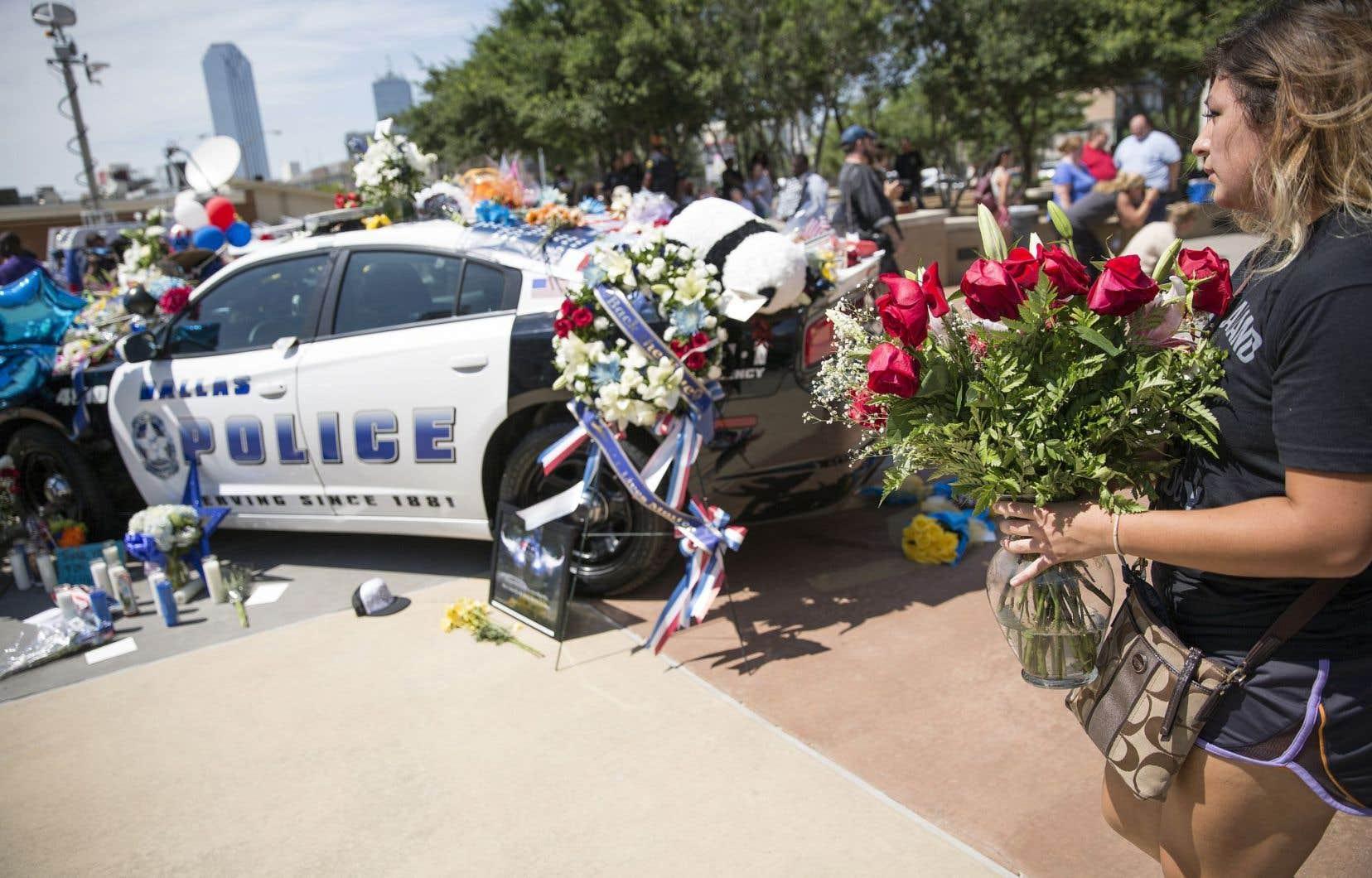 Le quartier général de la police de Dallas a été transformé en mémorial en l'honneur des cinq policiers abattus par un tireur embusqué, dans la nuit de jeudi à vendredi.