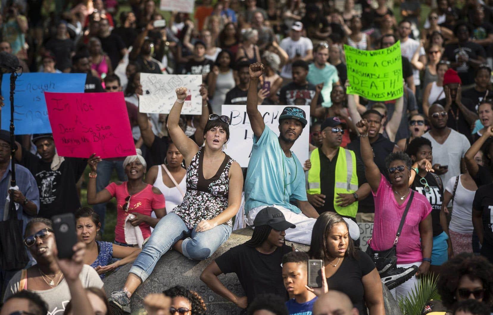 Des manifestations se sont tenues chaque soir à travers les États-Unis depuis les événements de la semaine dernière. Dimanche, la foule s'était rassemblée au parc Washington à Cincinnati. Un rassemblement avait aussi lieu à Baton Rouge, où un homme noir a été abattu par un policier dans un stationnement.