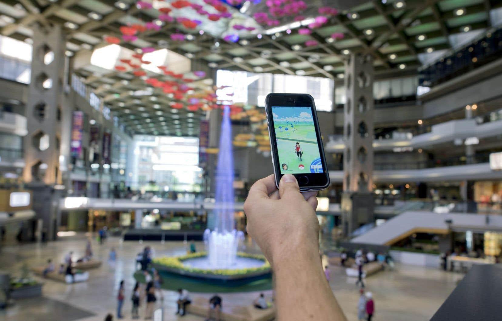 Les utilisateurs peuvent partir à la recherche de Pokémon où bon leur semble, comme ici, au complexe Desjardins du centre-ville de Montréal. Le succès n'est pas garanti.