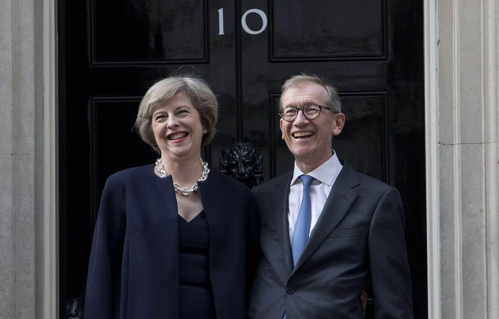 Theresa May, en compagnie de son mari, a nommé Boris Johnson ministre des Affaires étrangères et David Davis, ministre du Brexit.
