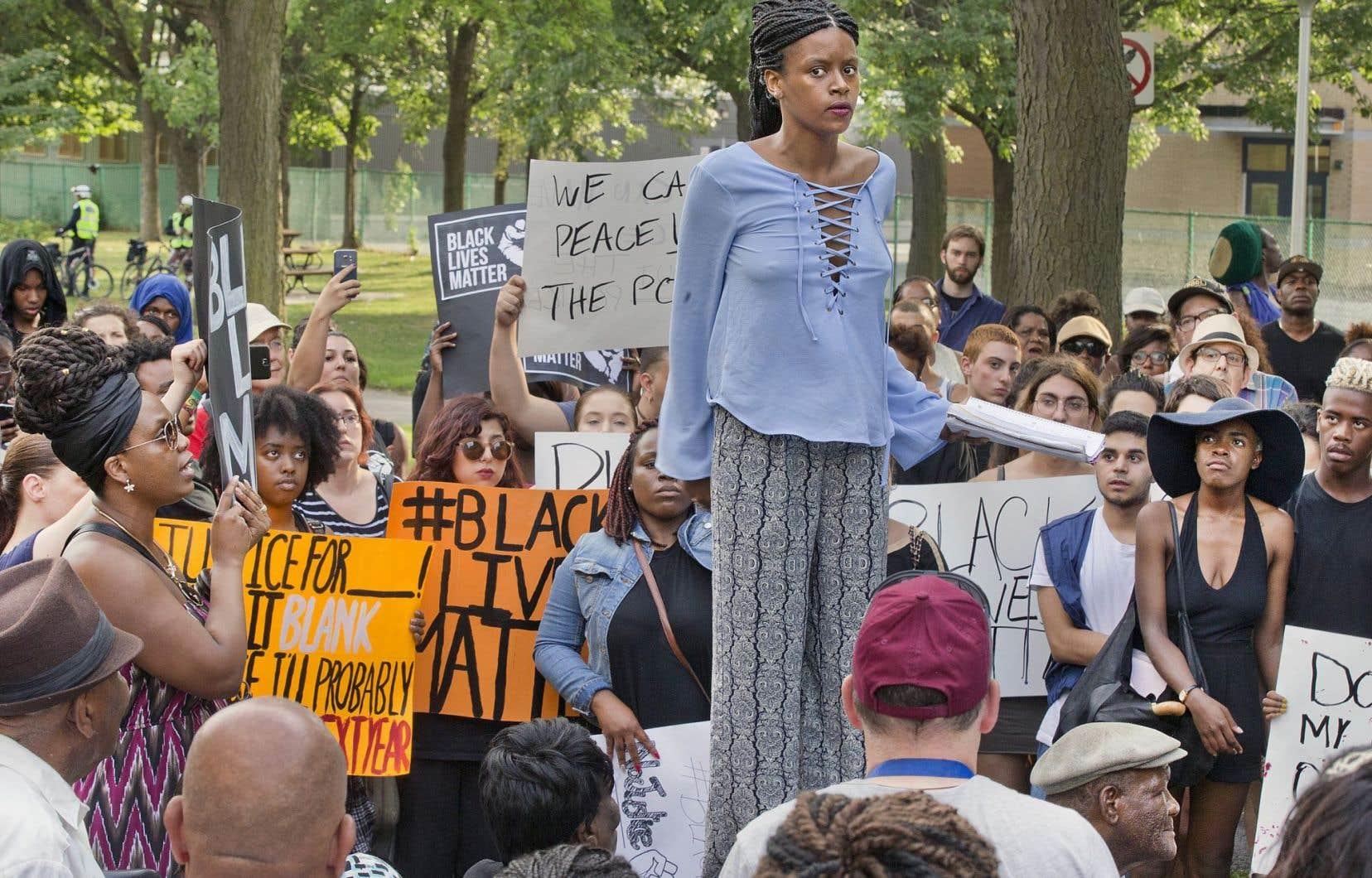 «Médecins, professeurs, infirmières, manufacturiers, architectes, couturiers, coiffeurs, cuisiniers et j'en passe !» a crié Jennifer Sidney, devant tous ceux qui avaient sorti affiches et banderoles pour rappeler que les vies des Noirs comptent.
