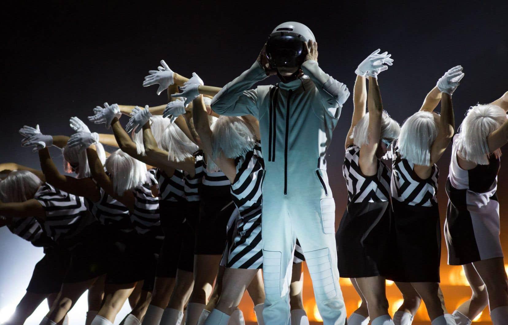 Emballé par les musiques du Charlebois, le public en oublie presque de jauger les numéros de cirque, qui sont quasiment relégués à l'arrière-plan de ce spectacle-hommage.