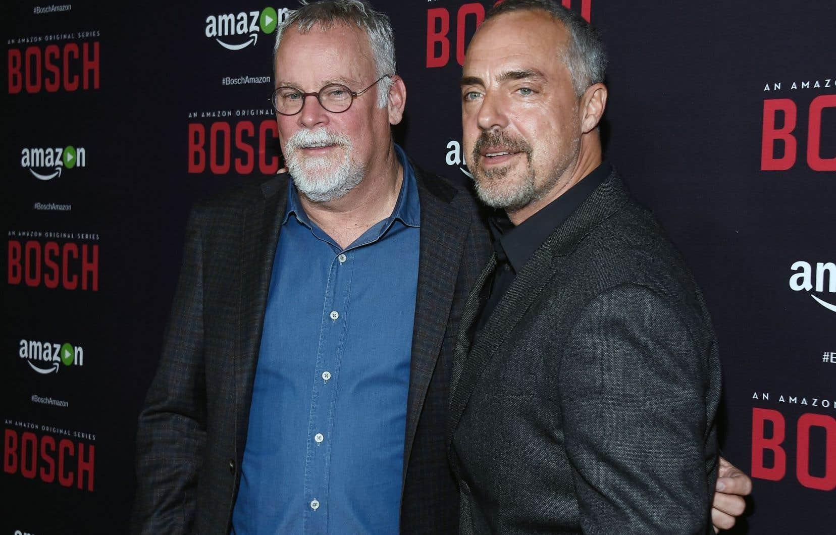 Michael Connelly, à gauche, en compagnie de l'acteur Titus Welliver, qui personnifie son personnage de Bosch dans une nouvelle série télévisée diffusée sur Amazon en 2015.