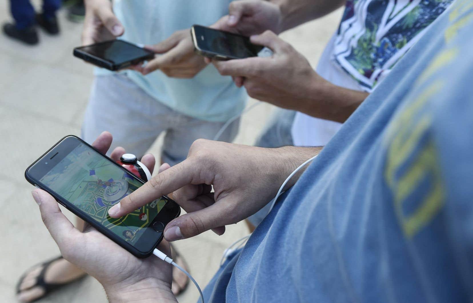 Dans un parc à Barcelone, comme dans tant d'autres villes dans le monde, l'engouement pour l'application Pokémon Go est manifeste, ce qui profite grandement à Nintendo.
