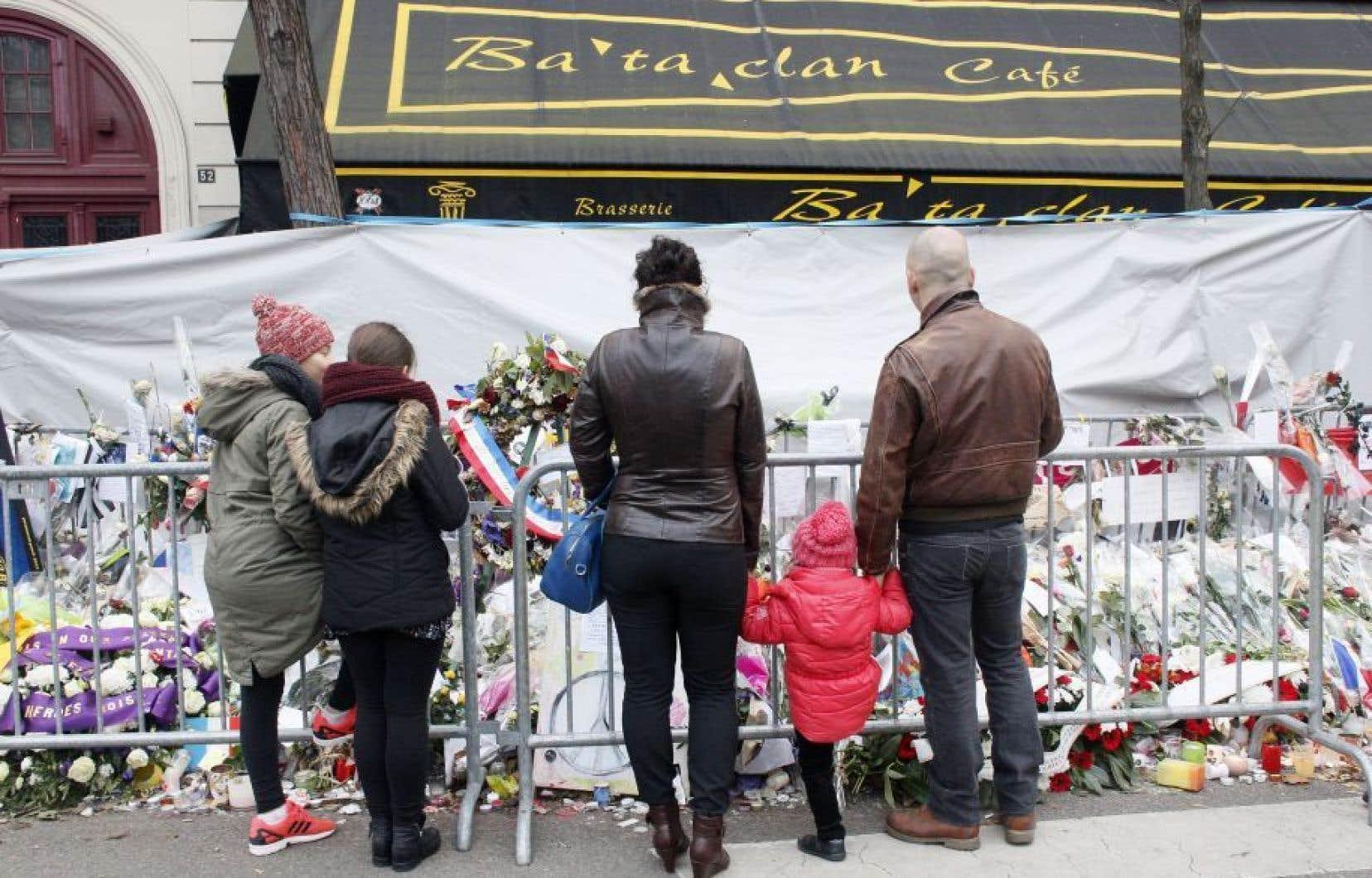 Des passants se recueillent devant le Bataclan, à Paris, en novembre 2015