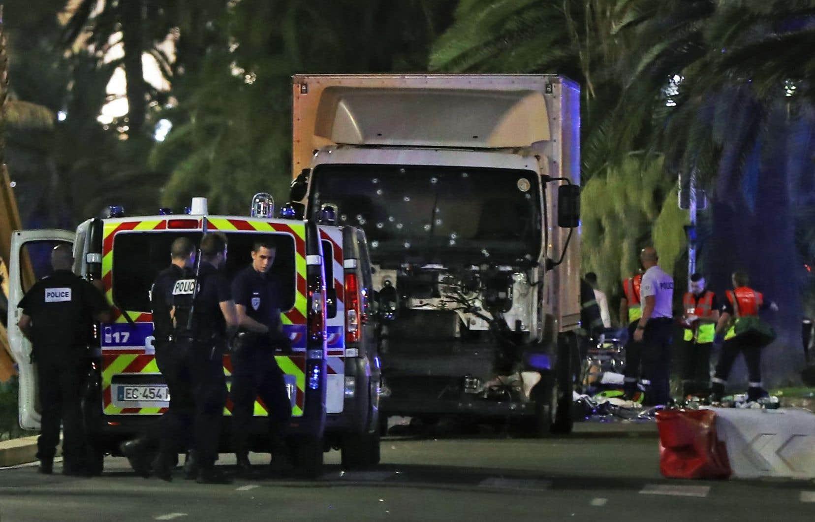Un camion de plusieurs tonnes a foncé dans la foule réunie sur la promenade des Anglais, à Nice, vers la fin des feux d'artifices de la fête nationale. Au moins 84 personnes sont mortes.