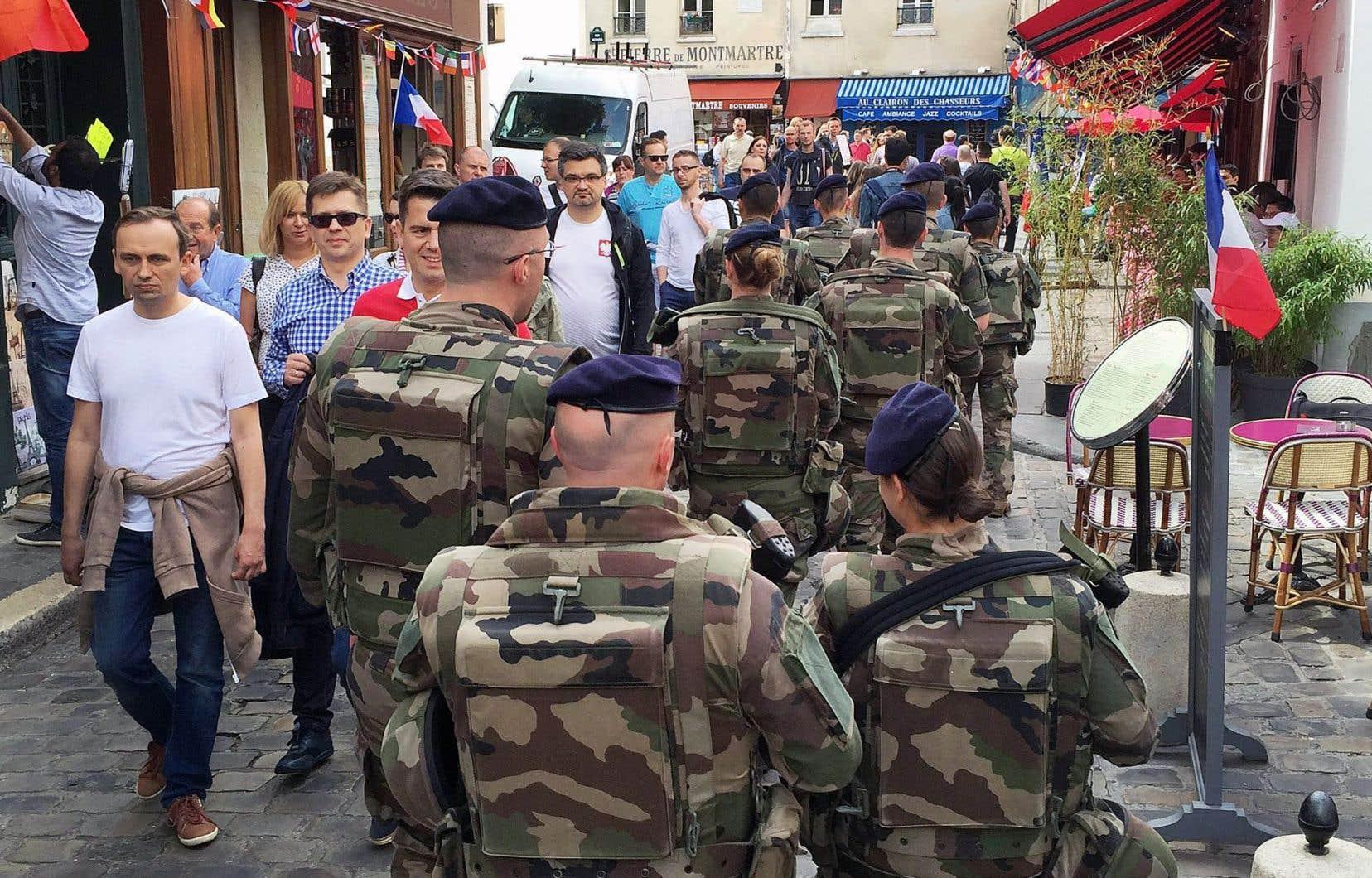 «En réalité, l'implication des militaires à l'intérieur de nos frontières, qui peut paraître sympathique et rassurante, peut aussi potentiellement s'avérer dangereuse», a soutenu le journaliste de France Inter Thomas Legrand.