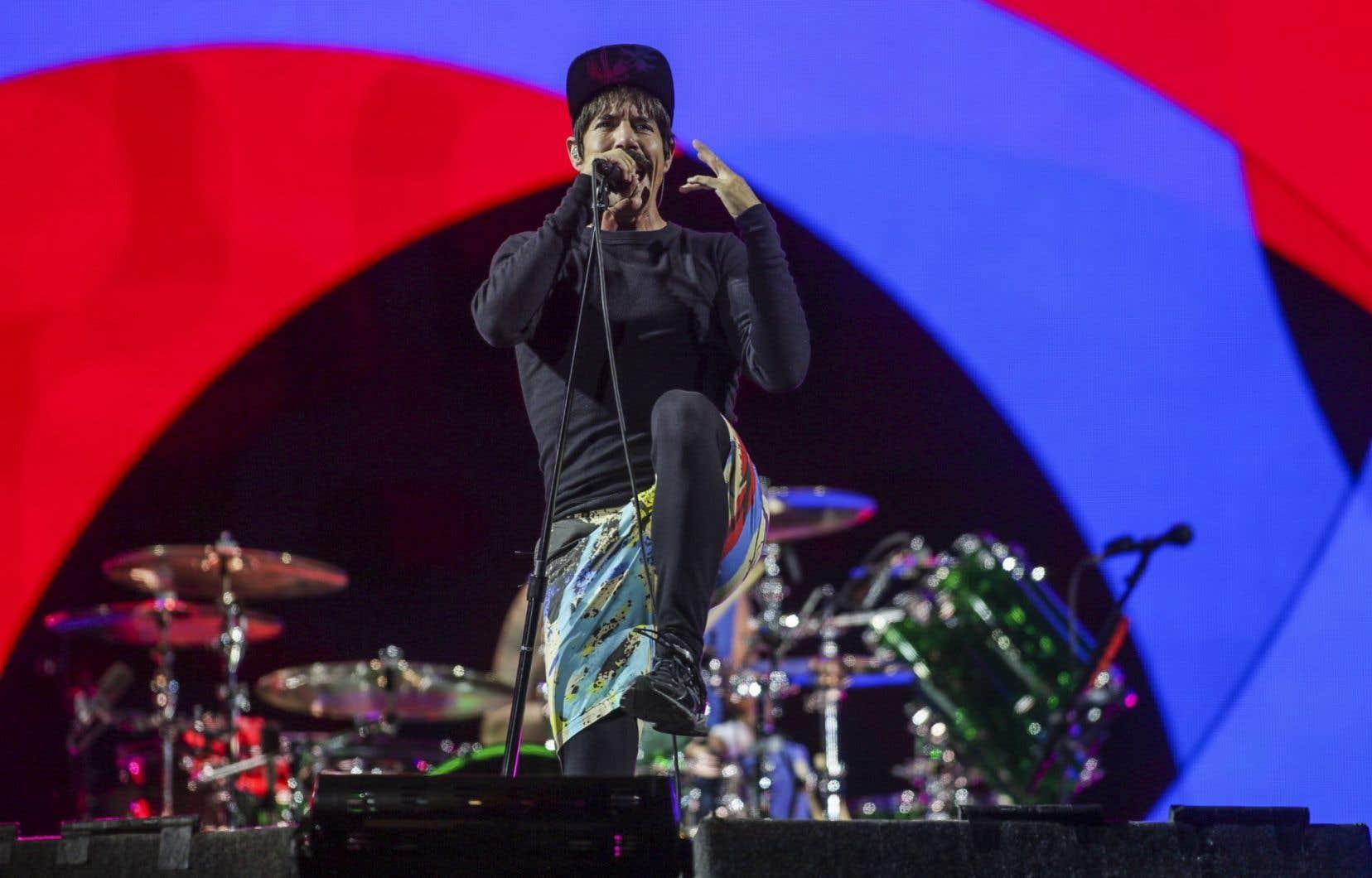 Le chanteur des Red Hot Chili Peppers,Anthony Keidis, dans ses bermudas de plage, ses collants et son chandail noirs, tout moustachu sous sa casquette