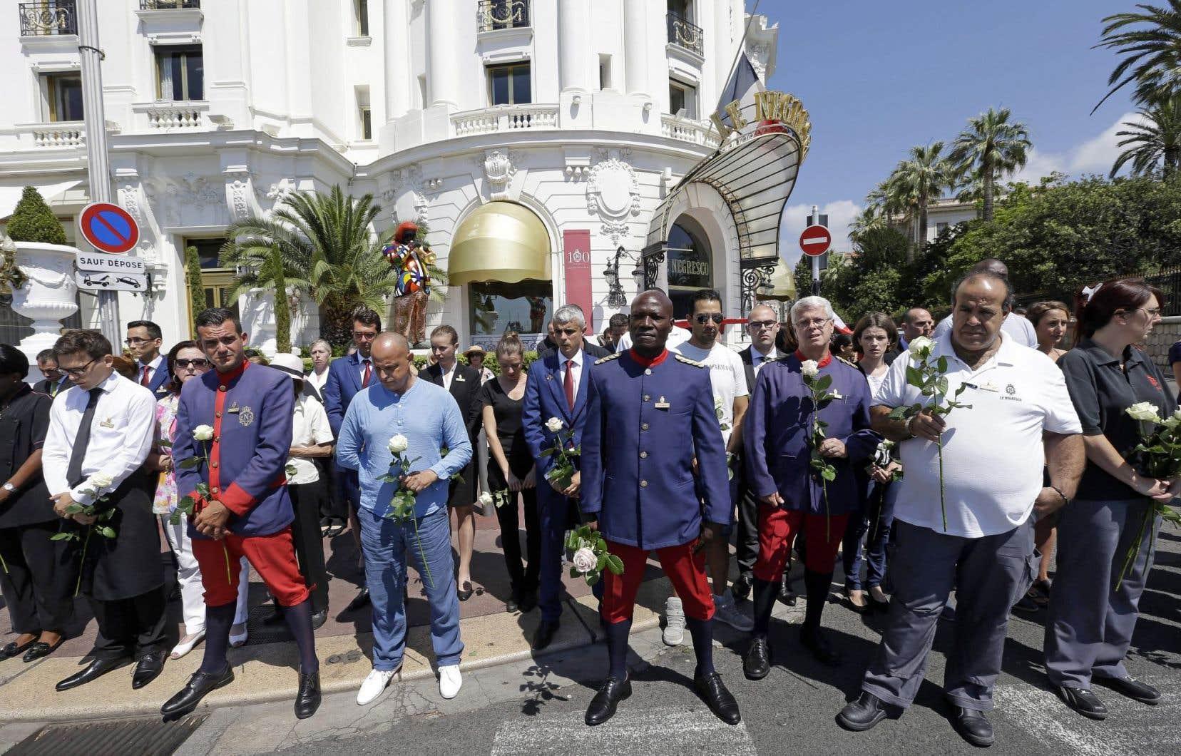 Le temps s'est figé lundi, à midi, en France et particulièrement sur la promenade des Anglais à Nice, pour une minute de silence en hommage aux victimes de l'attentat du 14 juillet.