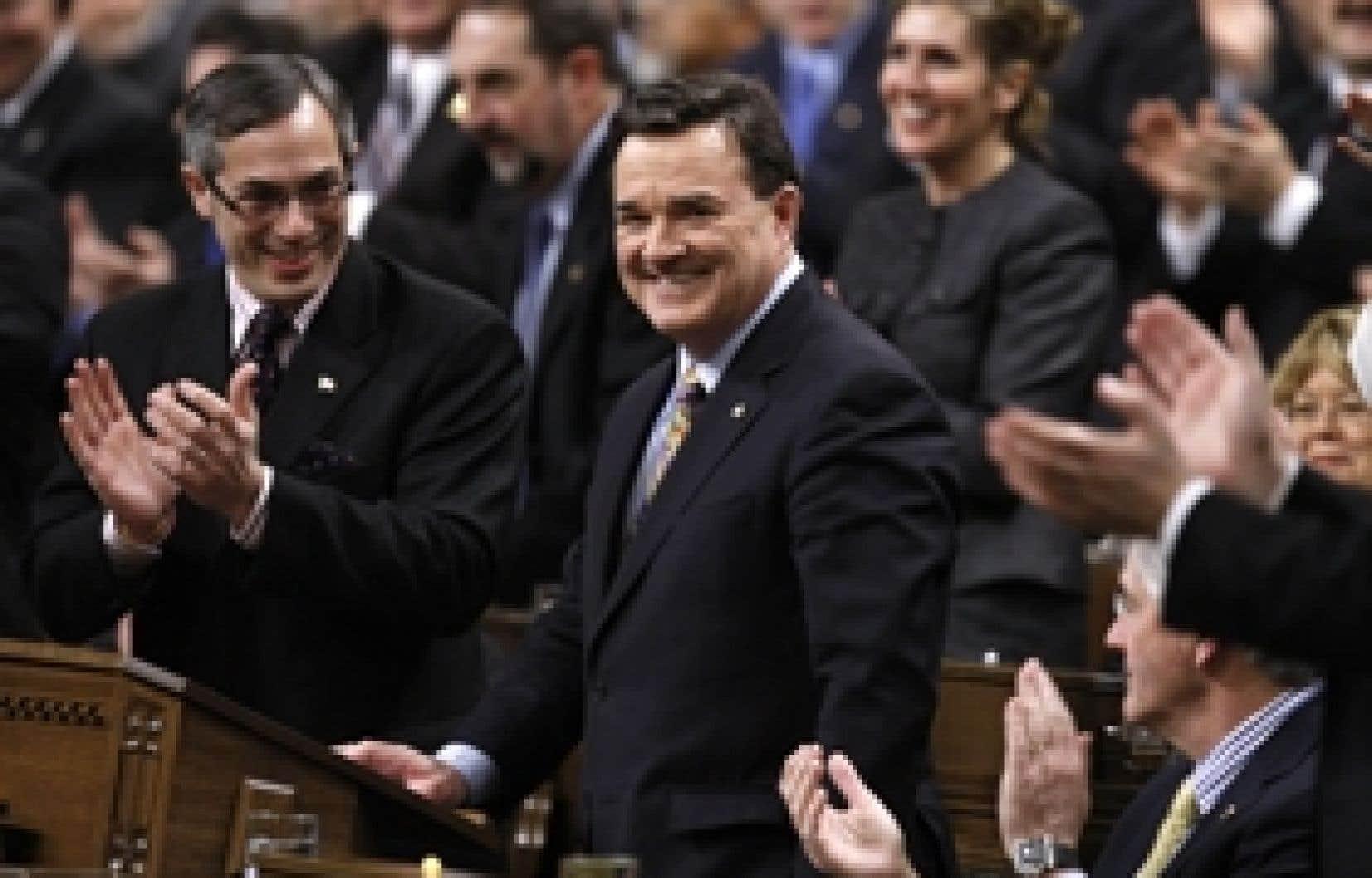 Le ministre Jim Flaherty s'apprêtant à dévoiler son budget à la Chambre des communes, hier.