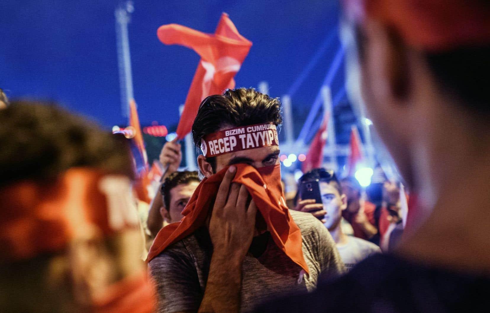 Scène tirée d'une manifestation de soutien au président Recep Tayyip Erdogan, tenue sur la place Taksim d'Istanbul, lundi