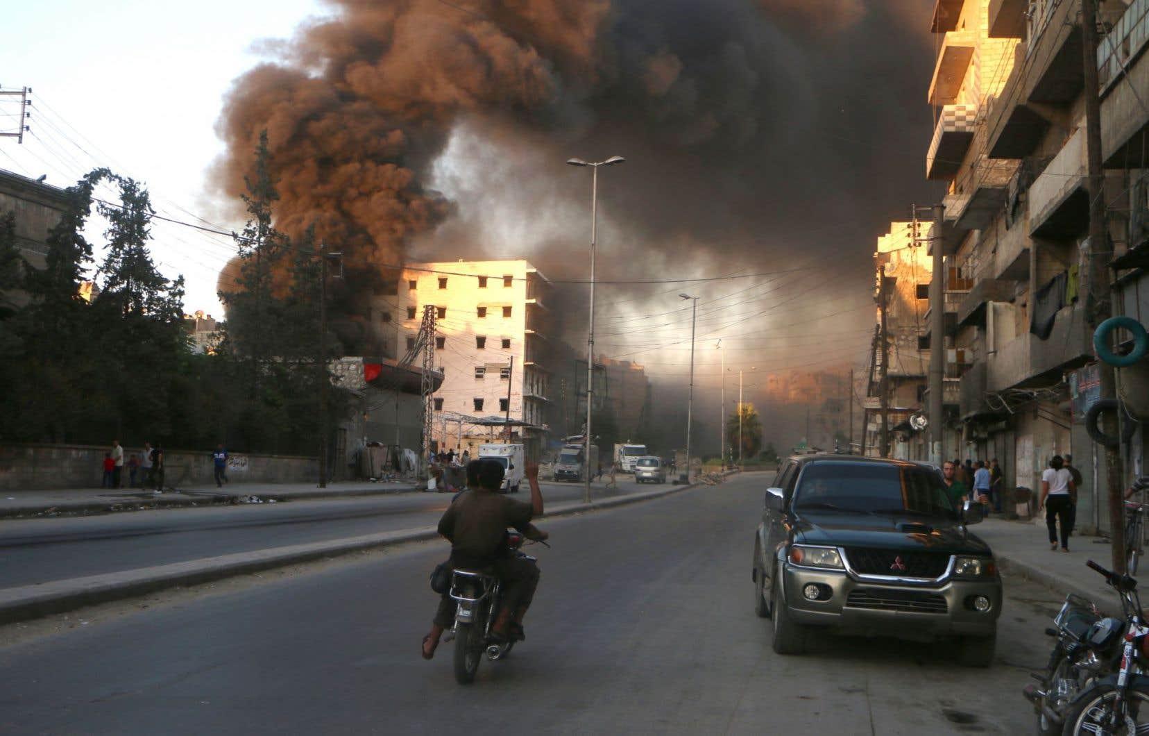 La fumée s'est élevée dans le ciel du quartier Salihin à Alep après une attaque aérienne des forces du régime, le 9 juillet dernier.