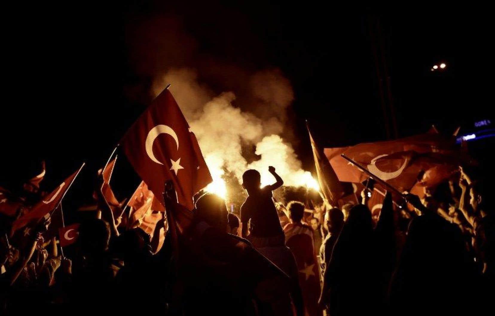 Après l'échec de la tentative de coup d'État en Turquie, les partisans du président Erdogan restent mobilisés.