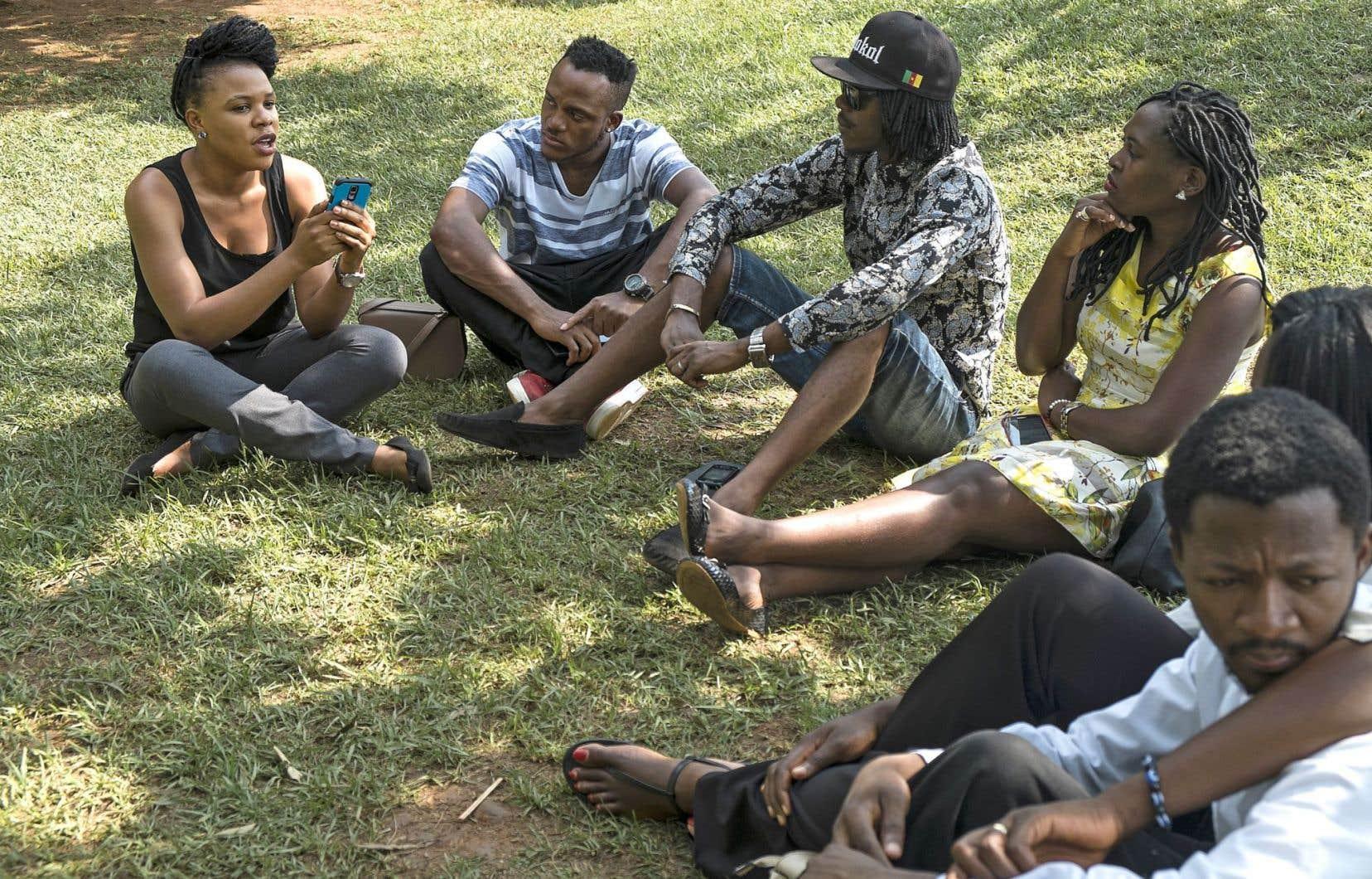 Mallah Tabot (à gauche) a discuté avec plusieurs jeunes afin de cibler leurs principales questions et les mythes à déconstruire. Elle compte continuer à organiser ces discussions pour améliorer l'application.