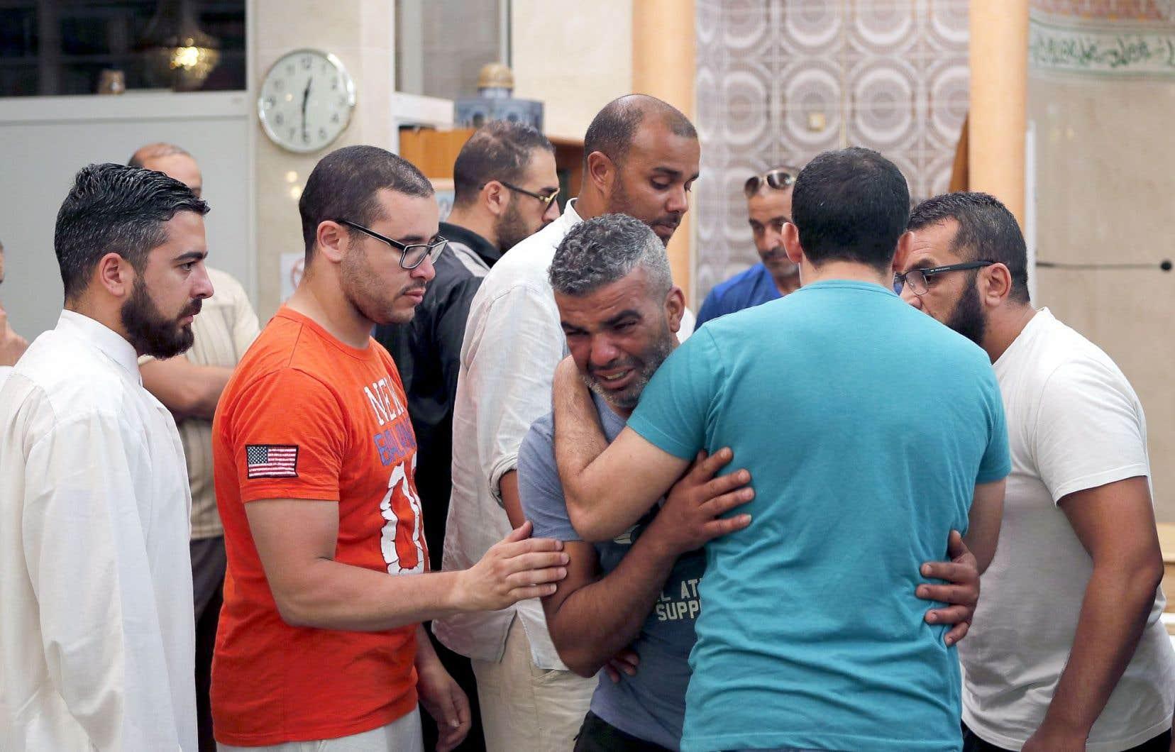 Tahar Mejri a assisté mardi à une prière devant les cercueils de son épouse et son fils de quatre ans, dans une mosquée de Nice.