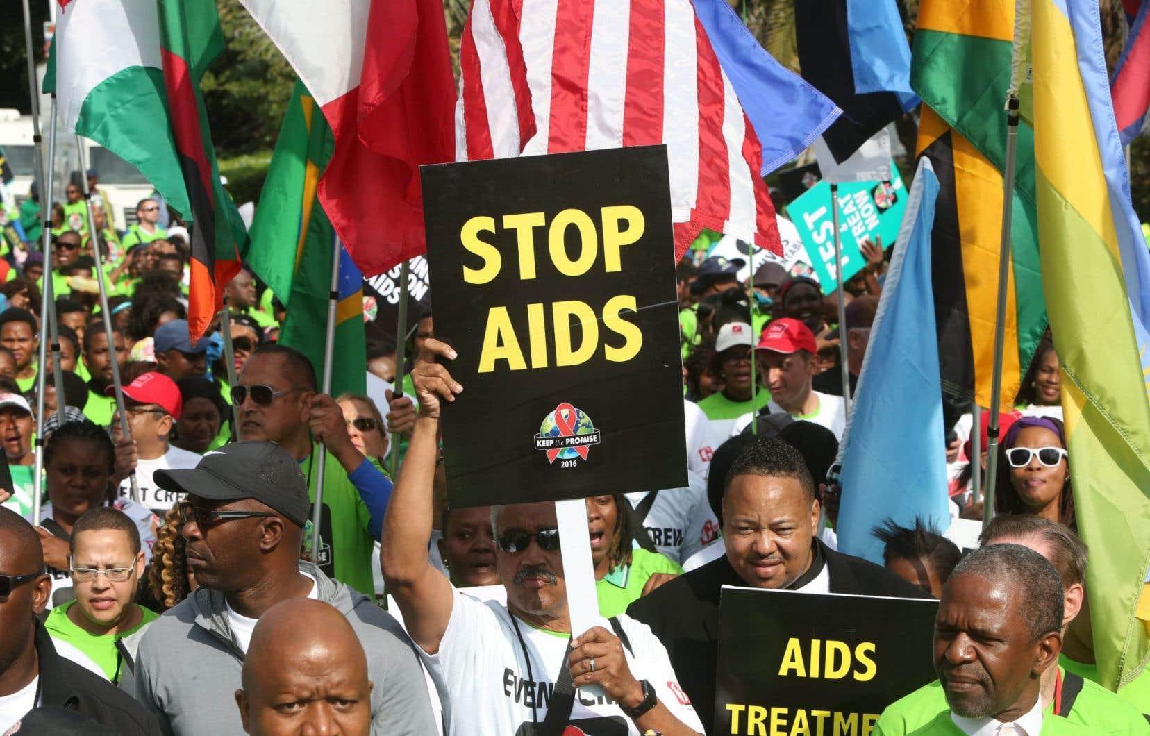Marche à Durban pour soutenir la lutte contre le sida. D'après les dernières données épidémiologiques, 36,7millions de personnes vivent avec le VIH dans le monde, et 1,9million sont infectées chaque année.